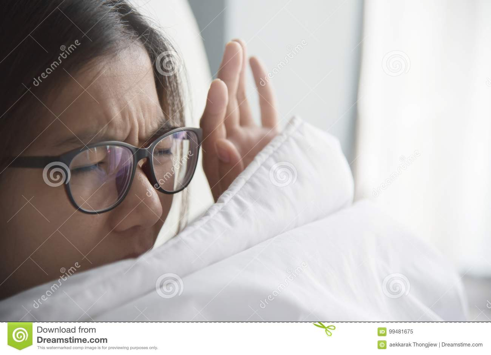 Femme asiatique ayant le problème au sujet de se lever tôt le matin