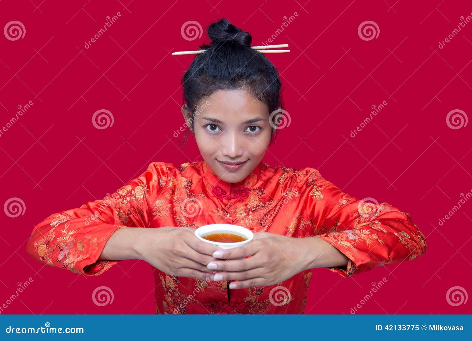 Femme asiatique buvant d une tasse