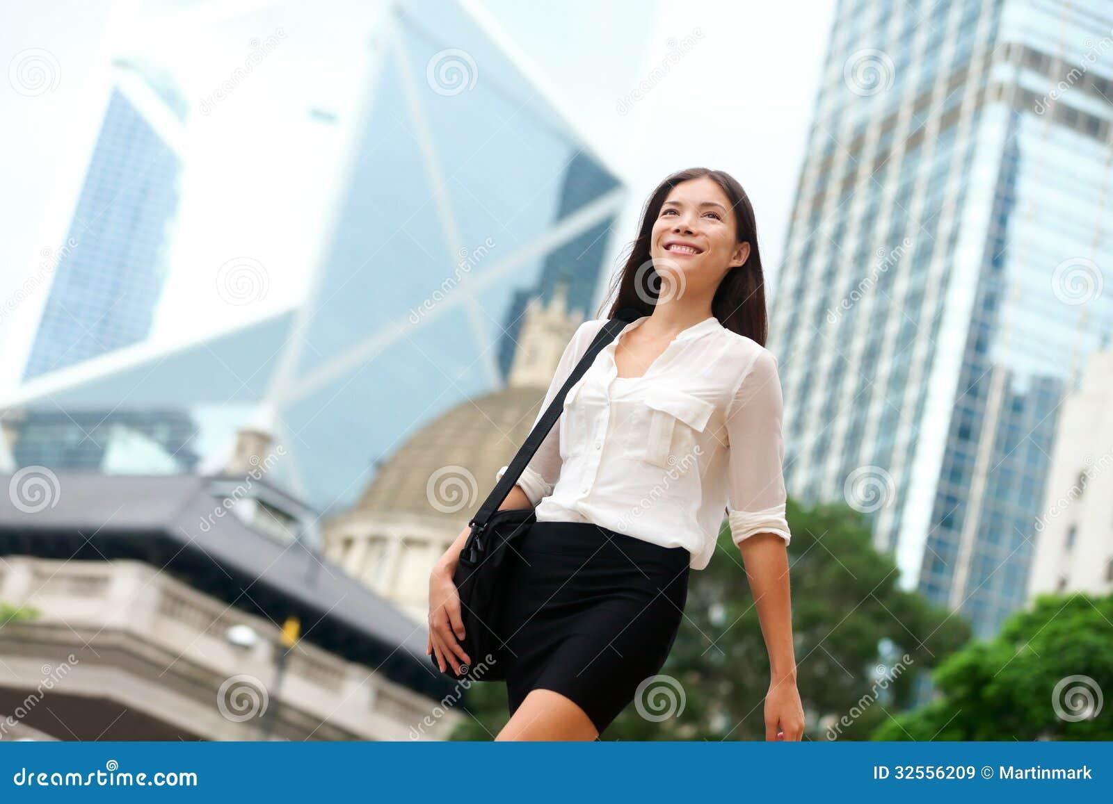 femme asiatique d 39 affaires marchant dehors en hong kong images libres de droits image 32556209. Black Bedroom Furniture Sets. Home Design Ideas