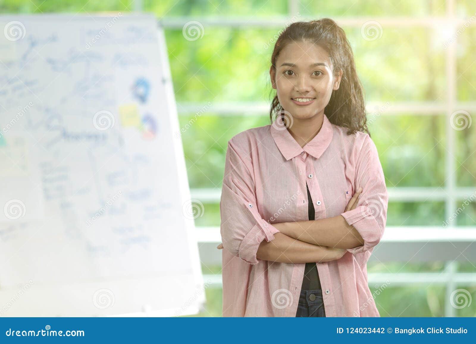 Femme asiatique d affaires se tenant avec le regard plein d assurance directement