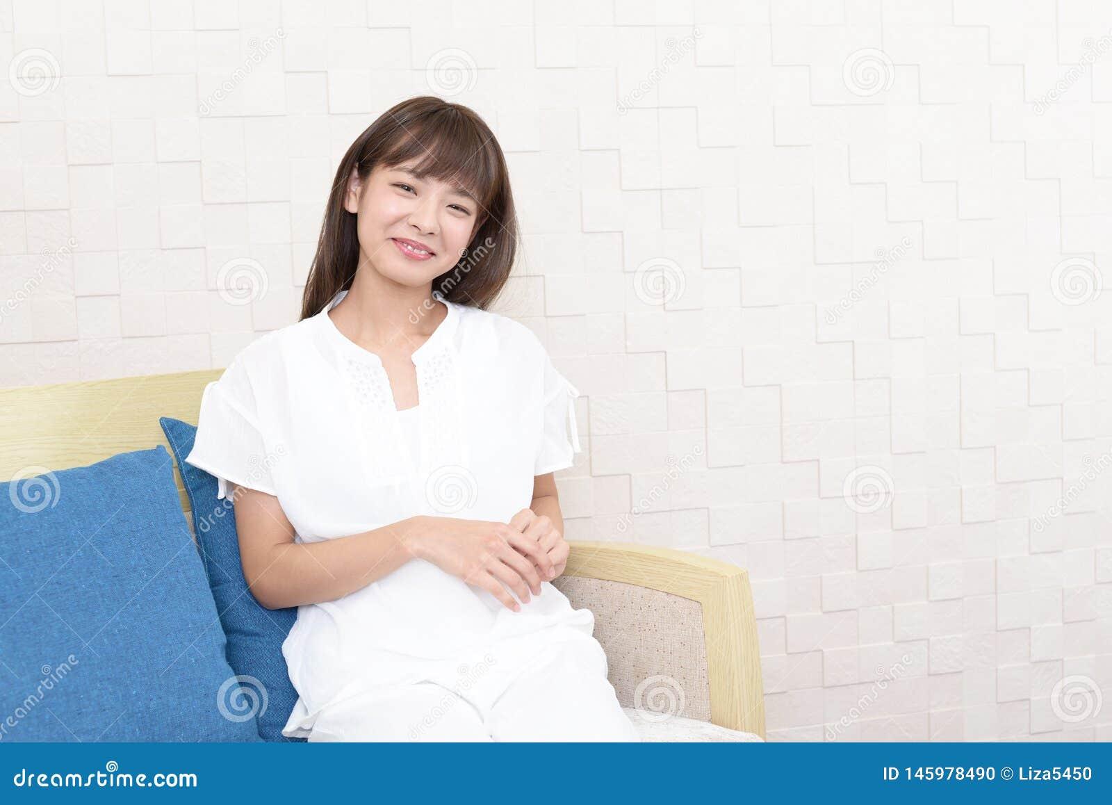 Femme asiatique d?contract?e
