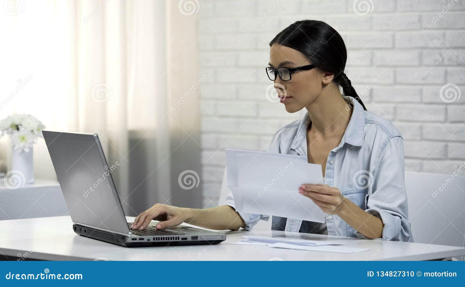 Femme asiatique dactylographiant sur l ordinateur portable à la maison vérifiant la correspondance, lettres de réponse