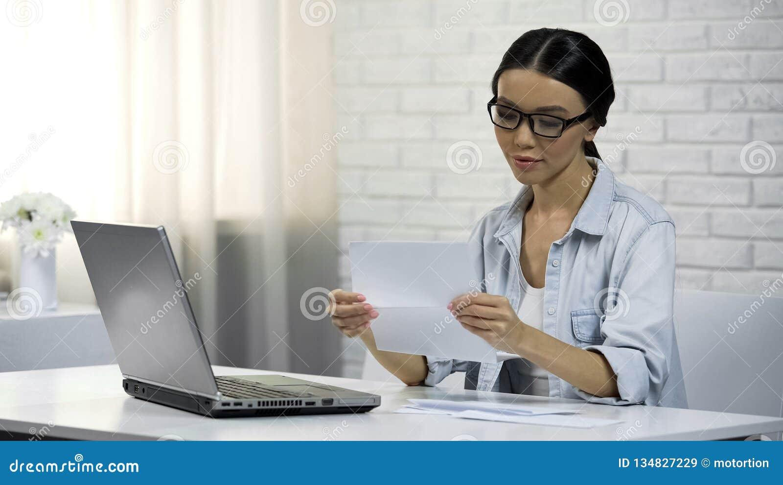 Femme asiatique en verres lisant la lettre, assignation (à comparaître), réception de correspondance