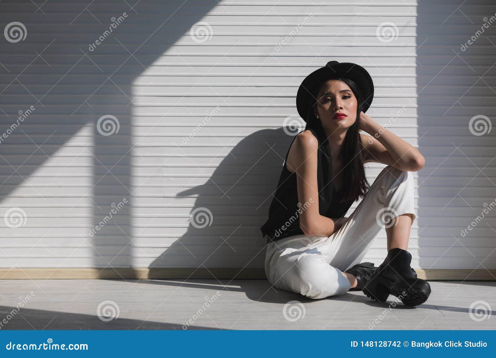 Femme asiatique s asseyant pr?s de la fen?tre