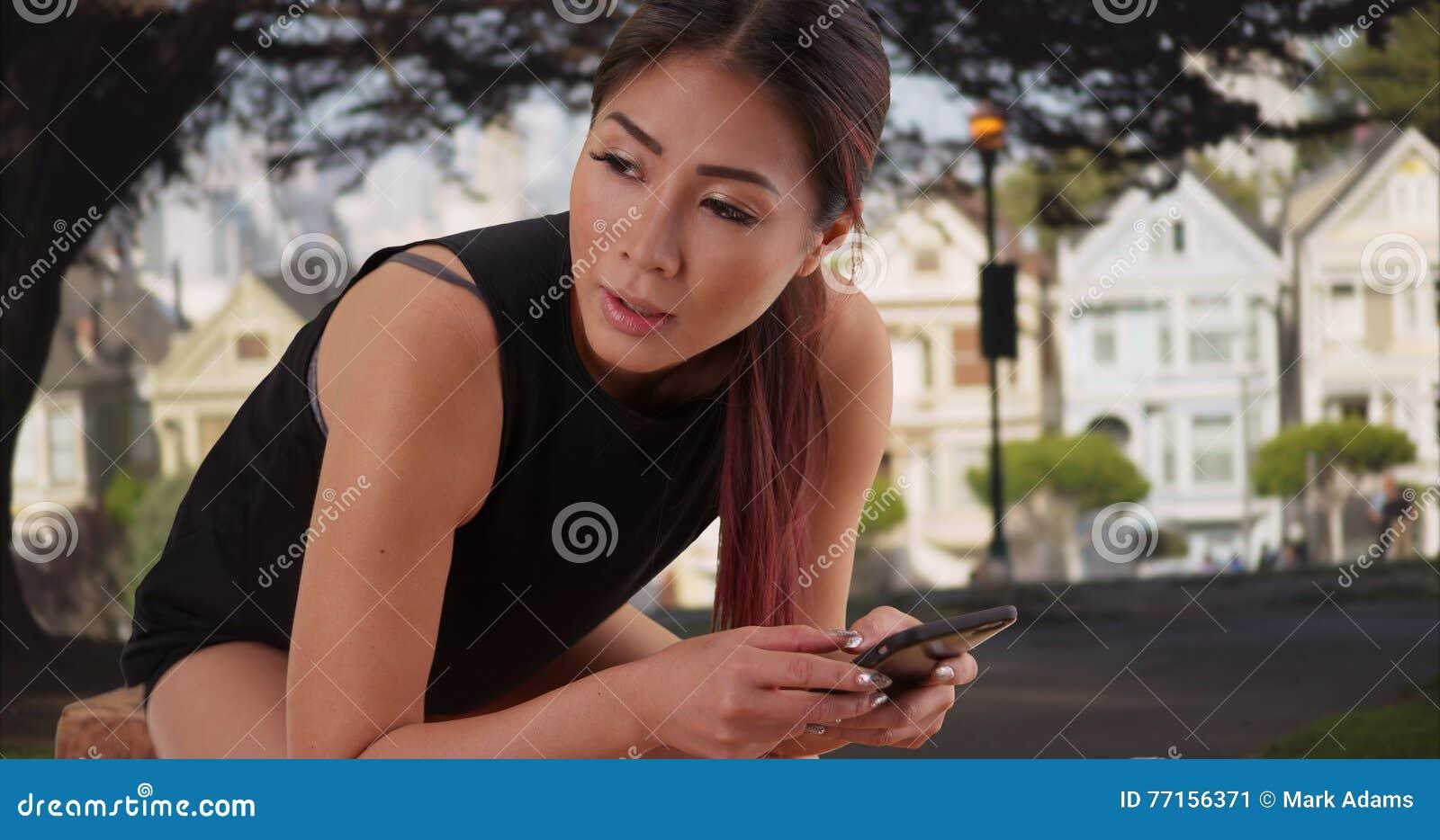 Femme asiatique se reposant après de longue durée dehors
