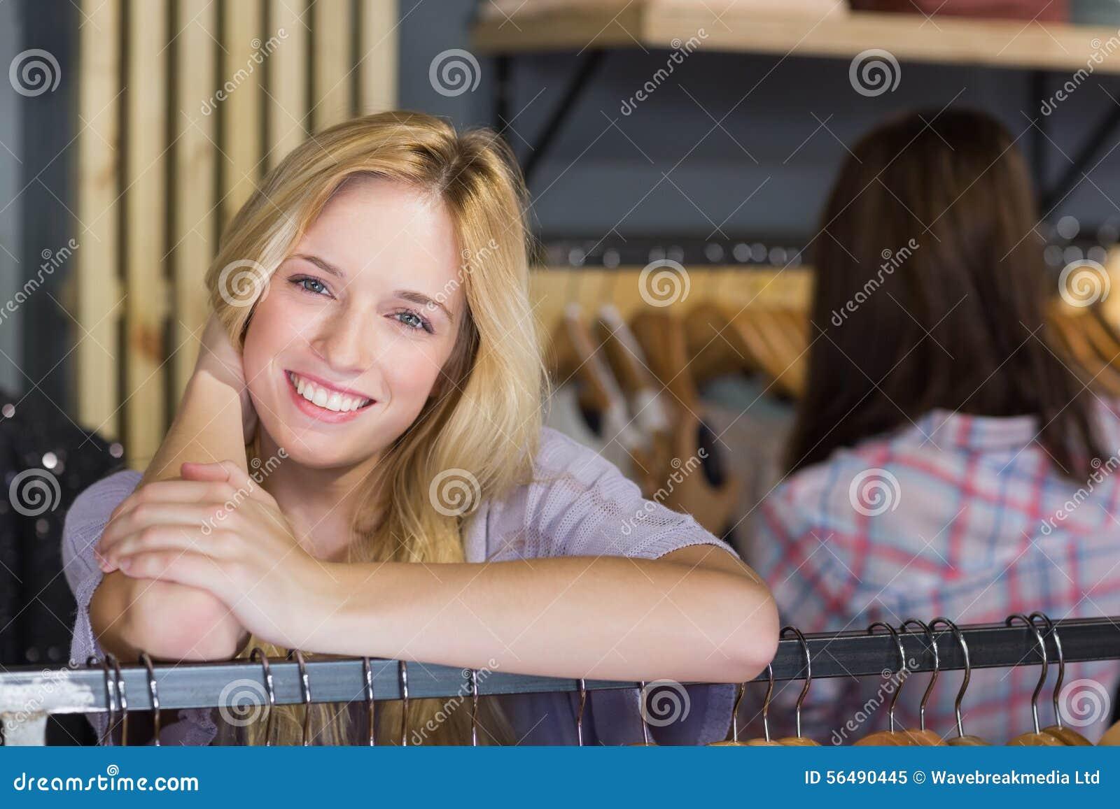 Femme assez blonde souriant à l appareil-photo
