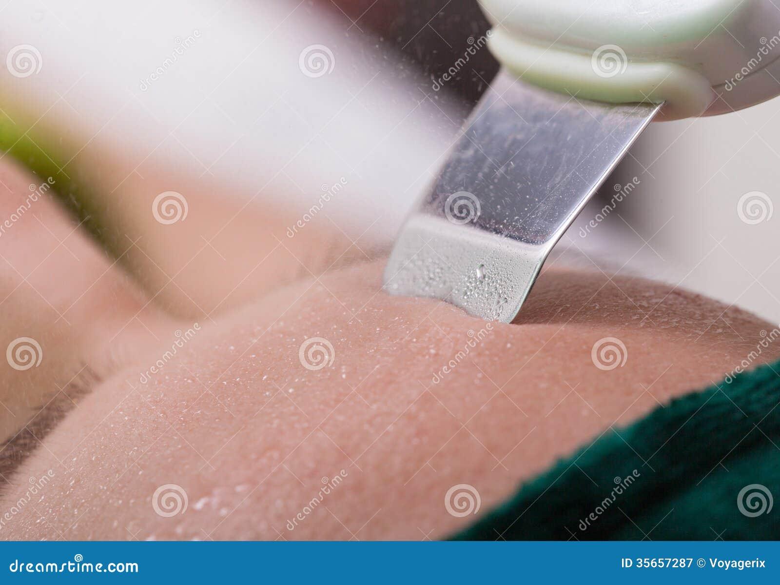 photographie stock libre de droits femme atteignant le nettoyage visage peau d ultrason salon station thermale beaut image