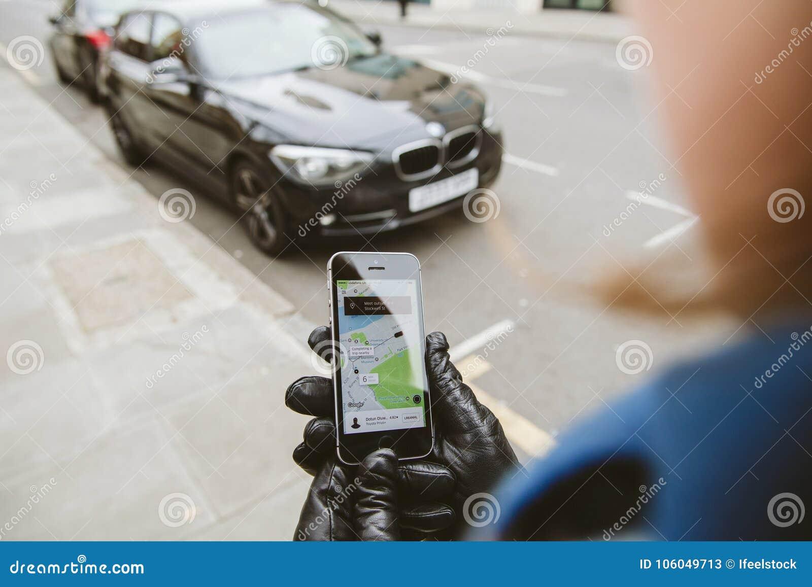 Femme attendant la voiture d uber sur la rue tenant le smartphone
