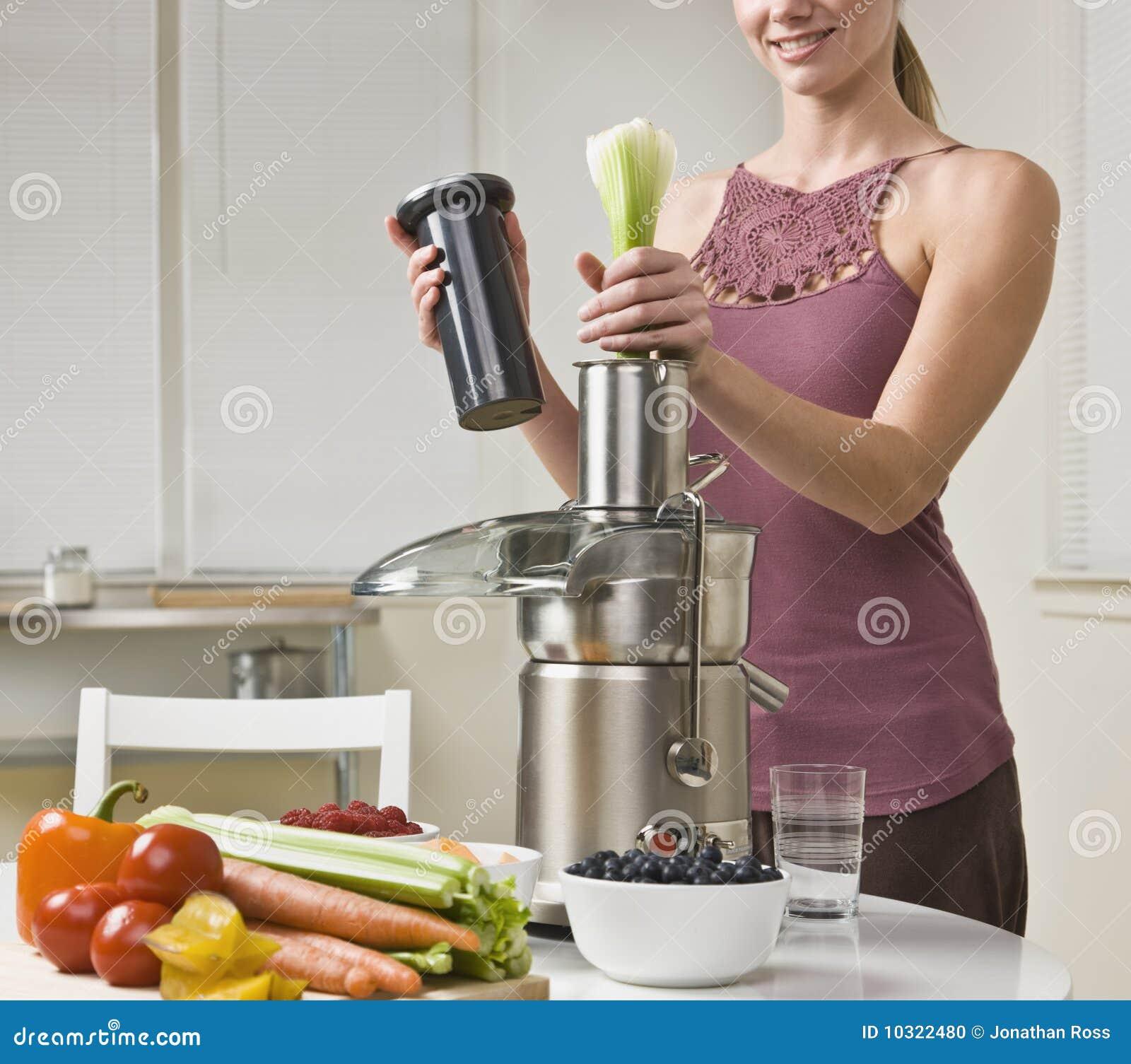 Femme attirante à l aide du juicer