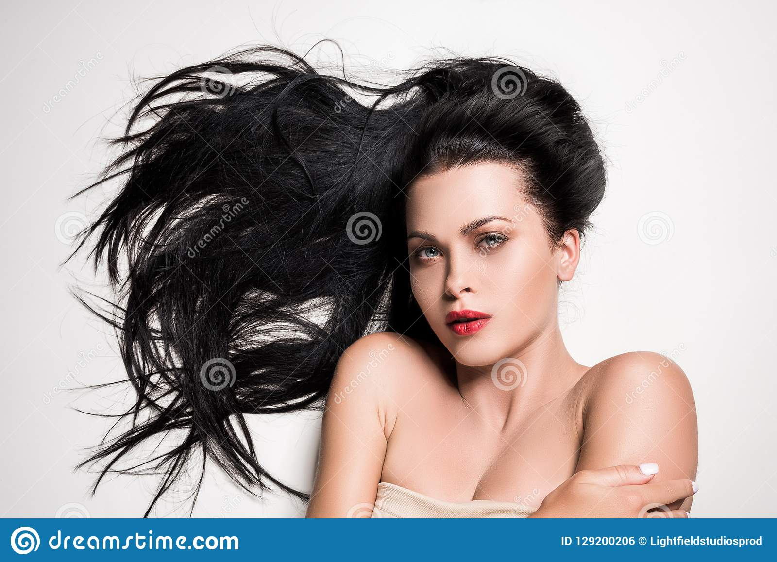 Femme attirante avec de beaux cheveux composés