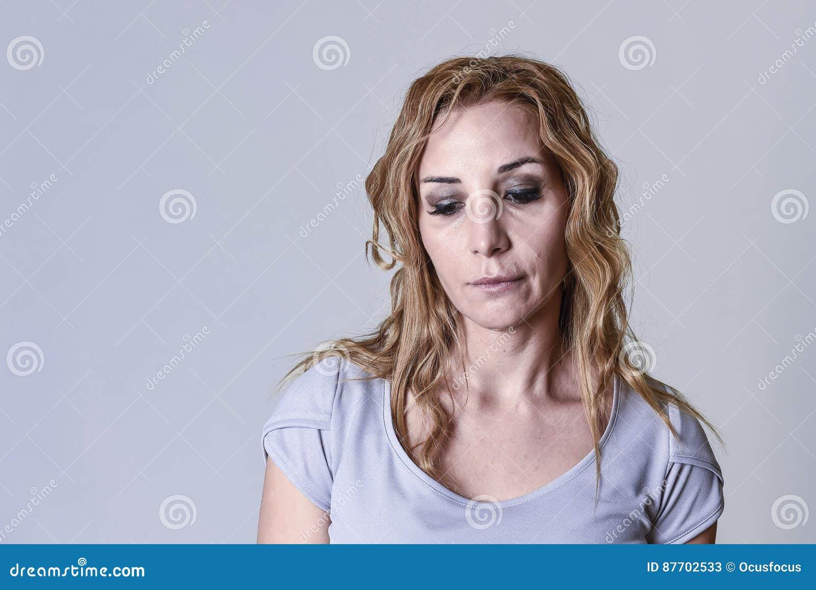 Femme attirante blonde sur ses années  30 tristes et le regard déprimé désespéré dans la peine