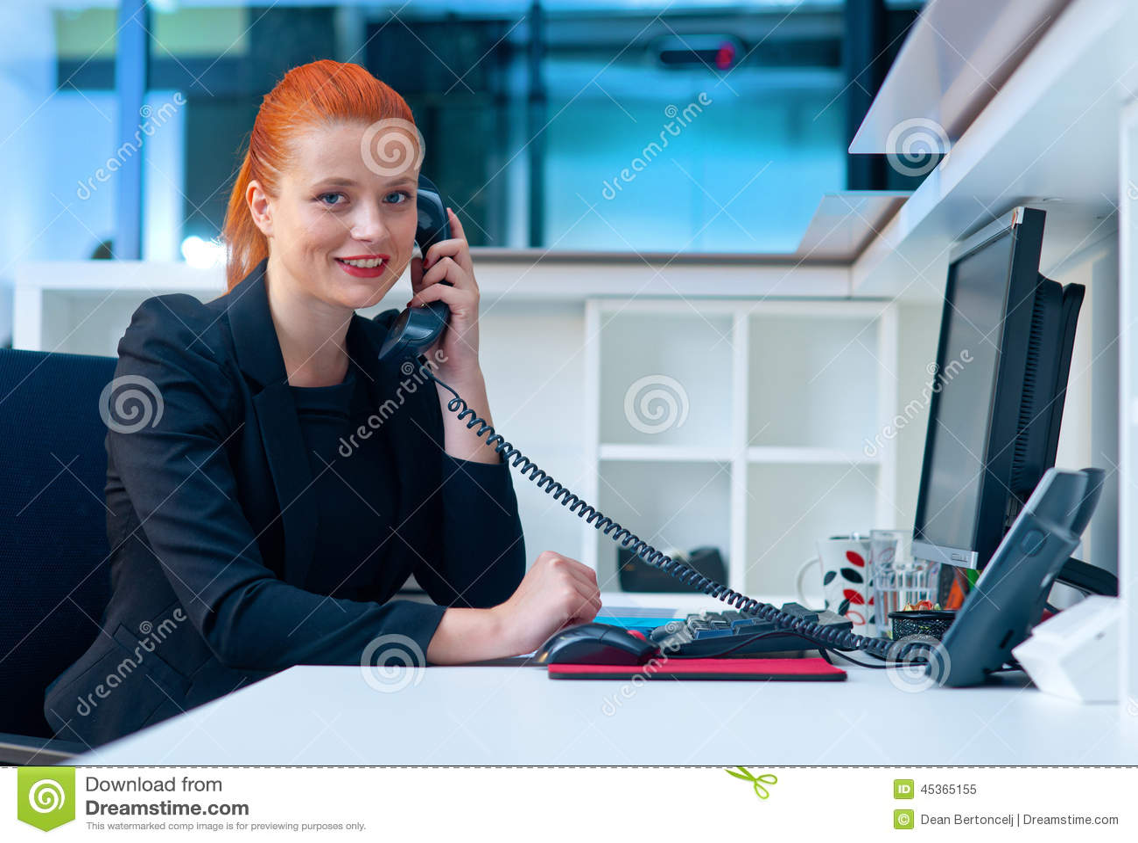 Femme attirante d affaires dans le bureau au téléphone