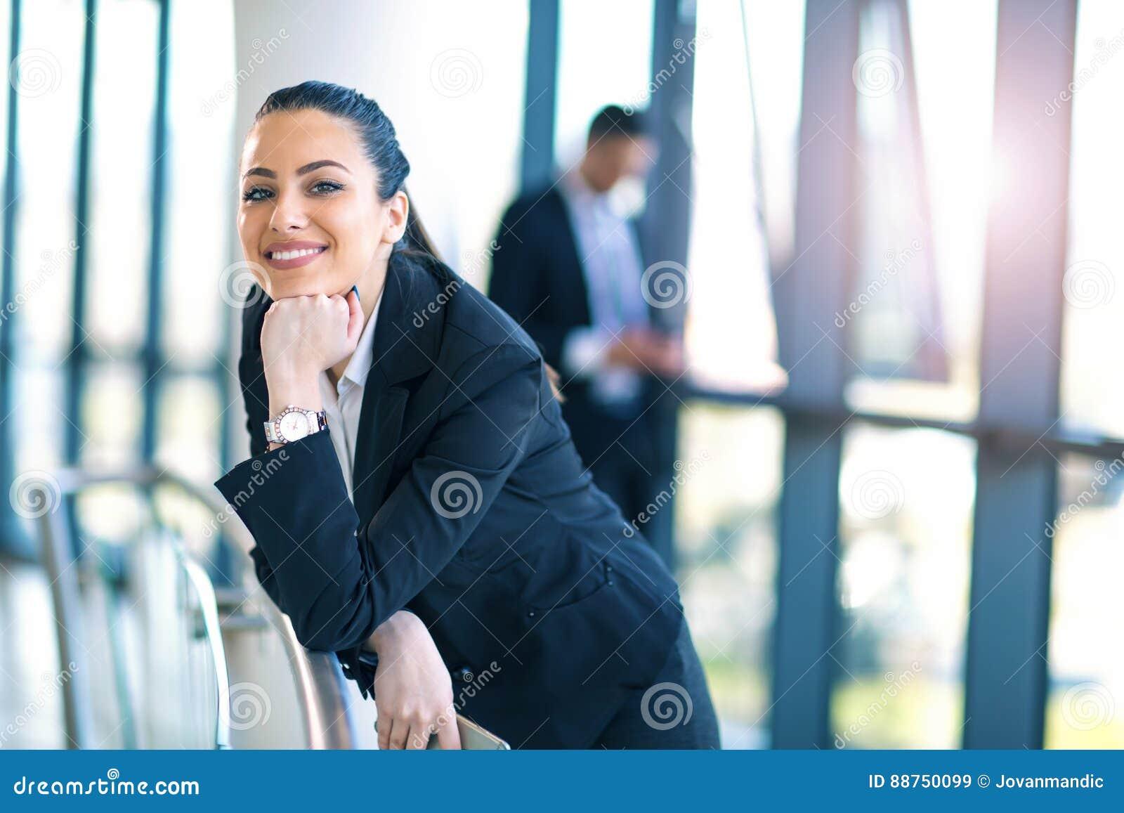 Femme attirante d affaires se tenant dans le couloir