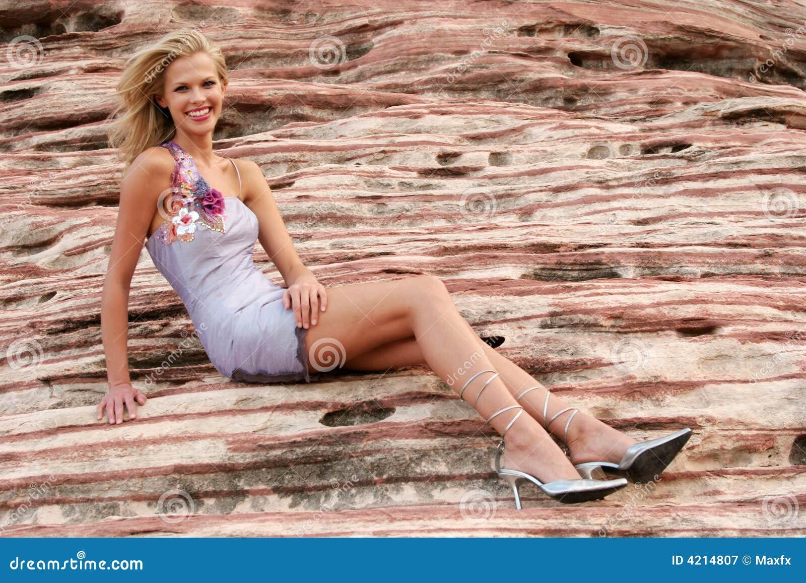 Femme attirante dans la robe