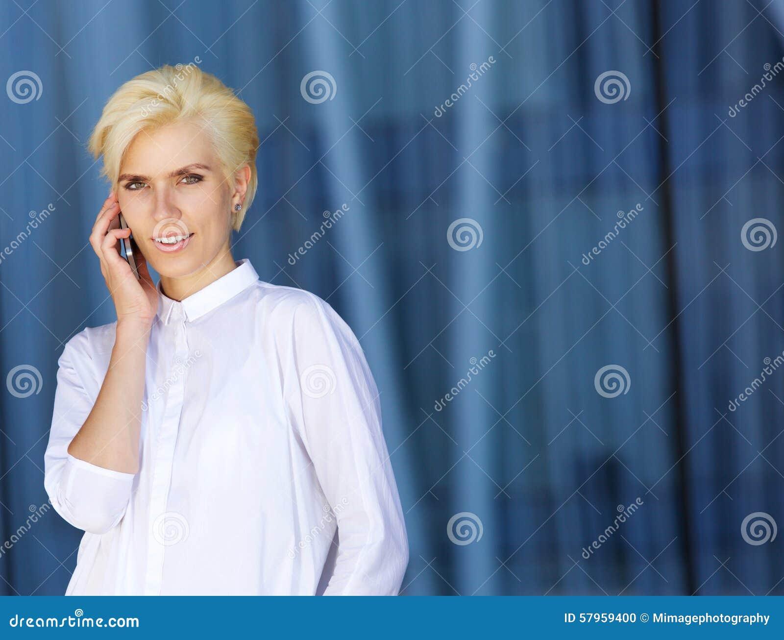 Femme attirante de ville à l aide du téléphone portable
