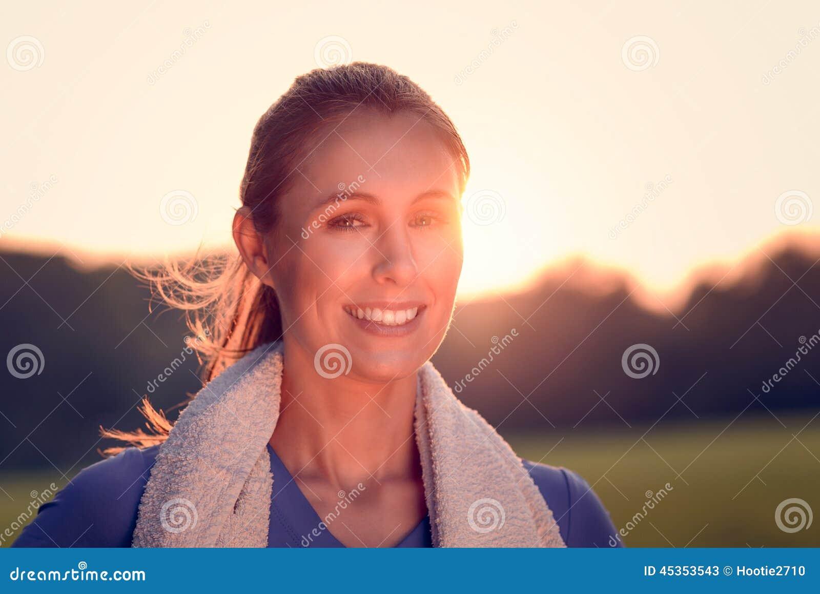 Femme attirante dehors au coucher du soleil