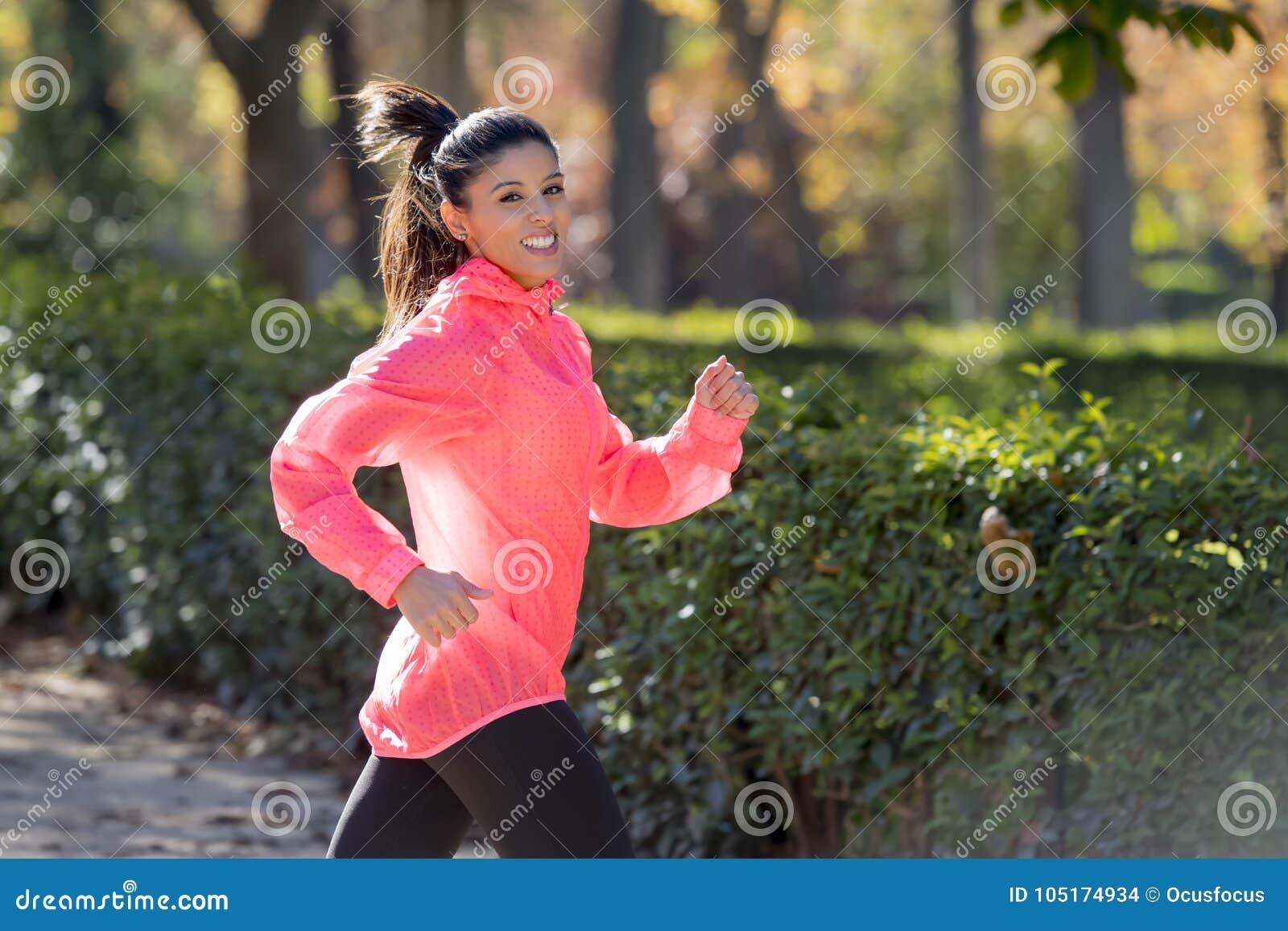 Femme attirante et heureuse de coureur dans des vêtements de sport d  automne courant a 7435ecde653