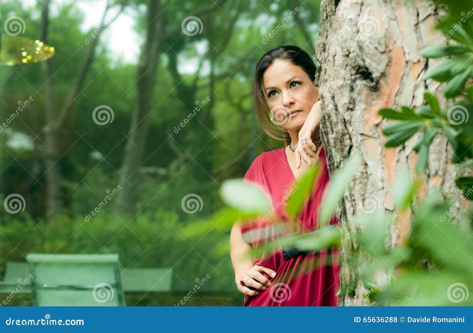 Femme attirante habillée en rouge