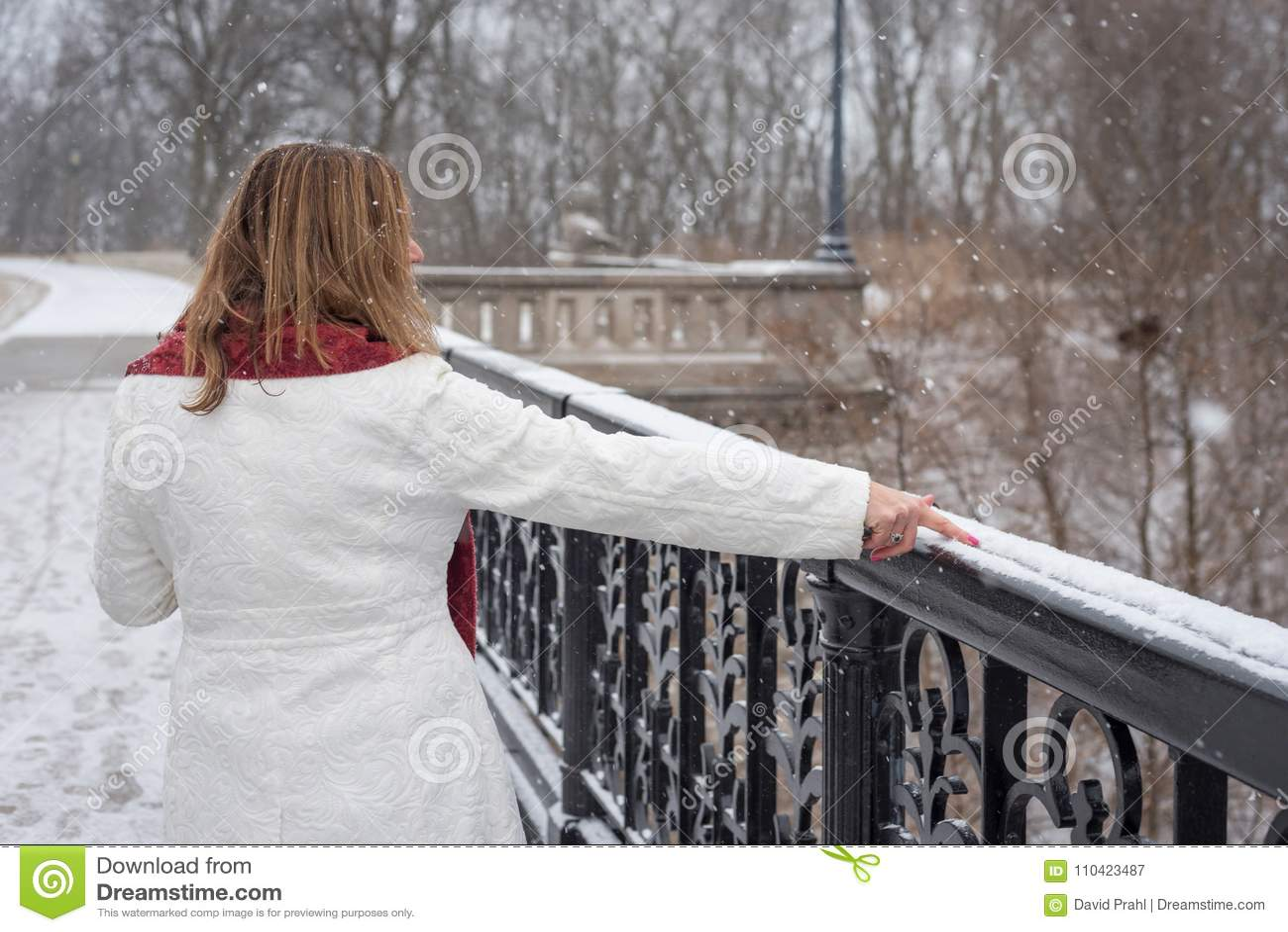 Femme Attirante Marchant Dans La Ligne De Dessin De Parc De Ville