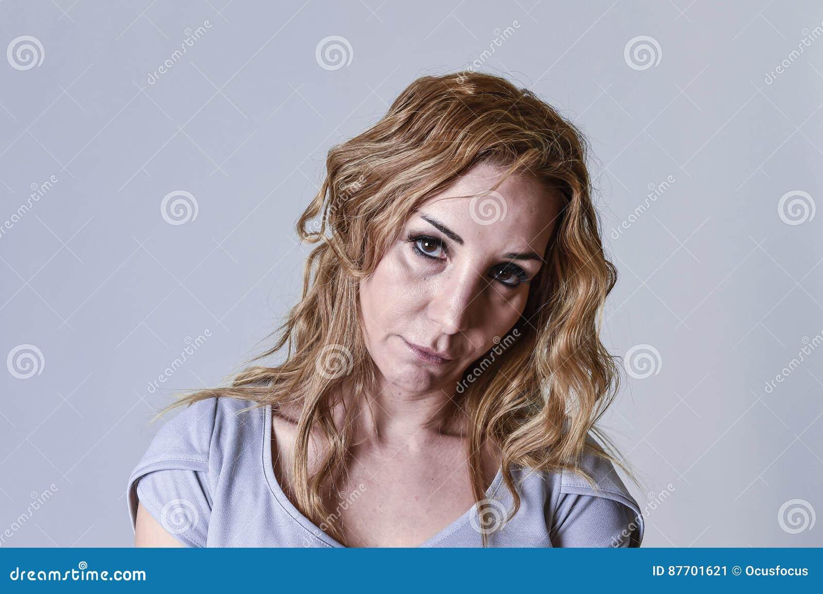 Femme attirante ses années  30 tristes et déprimées regardant l appareil-photo dans la peine