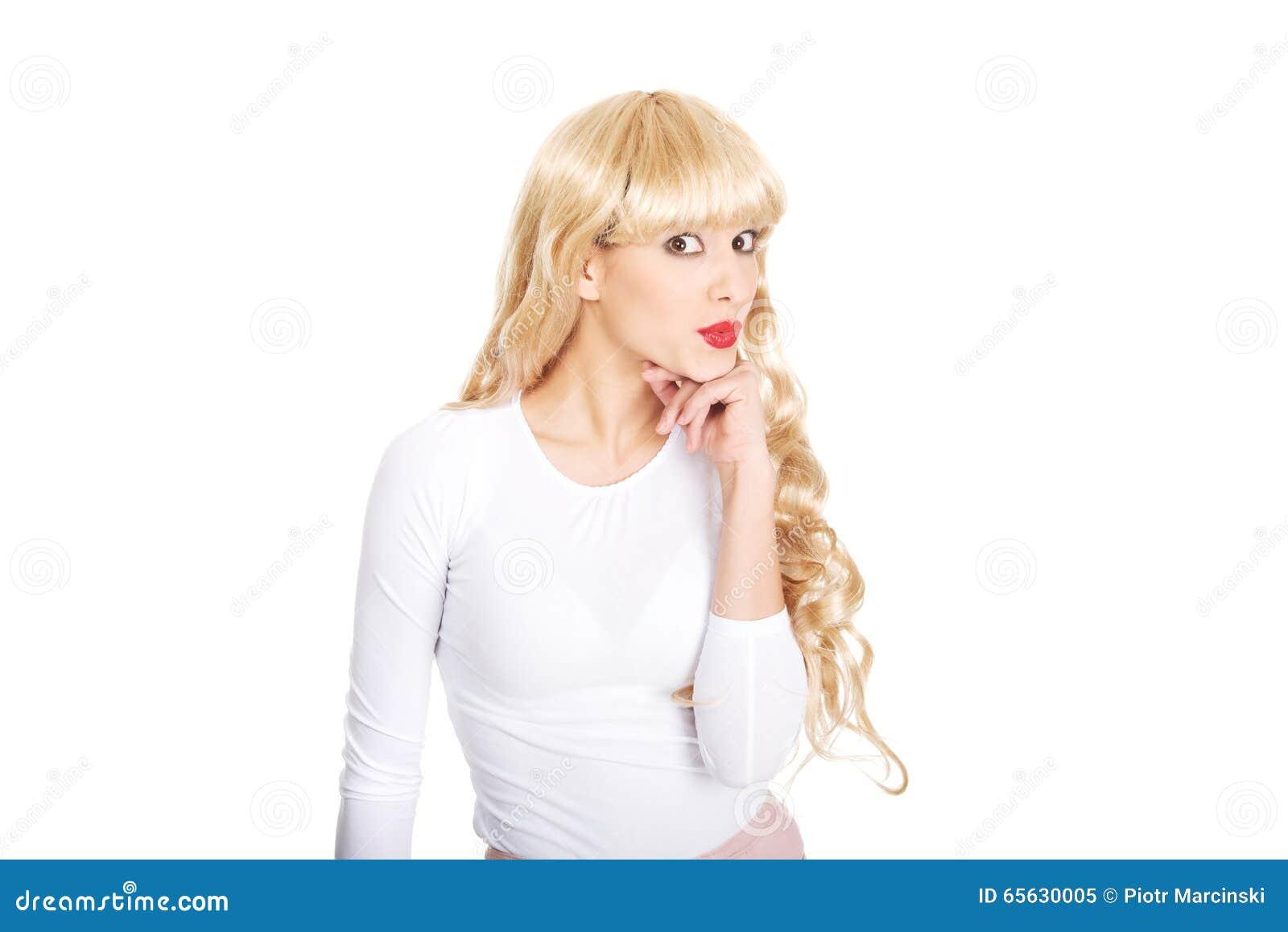 Femme attirante souriant à l appareil-photo