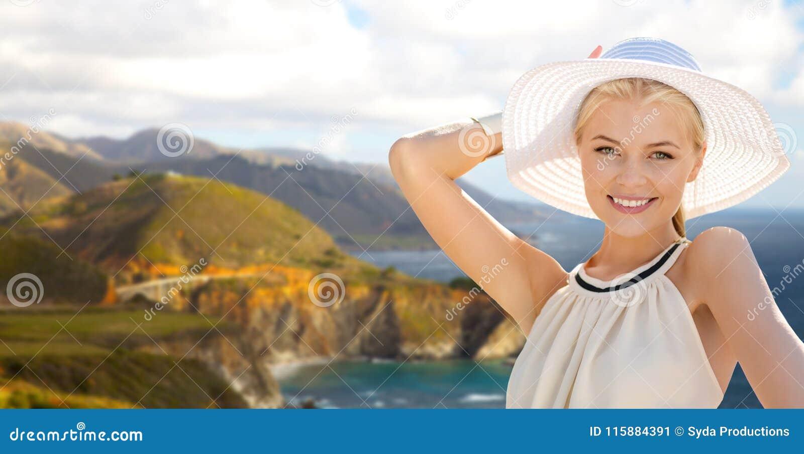 Femme au-dessus de pont bixby de crique sur la côte de Big Sur