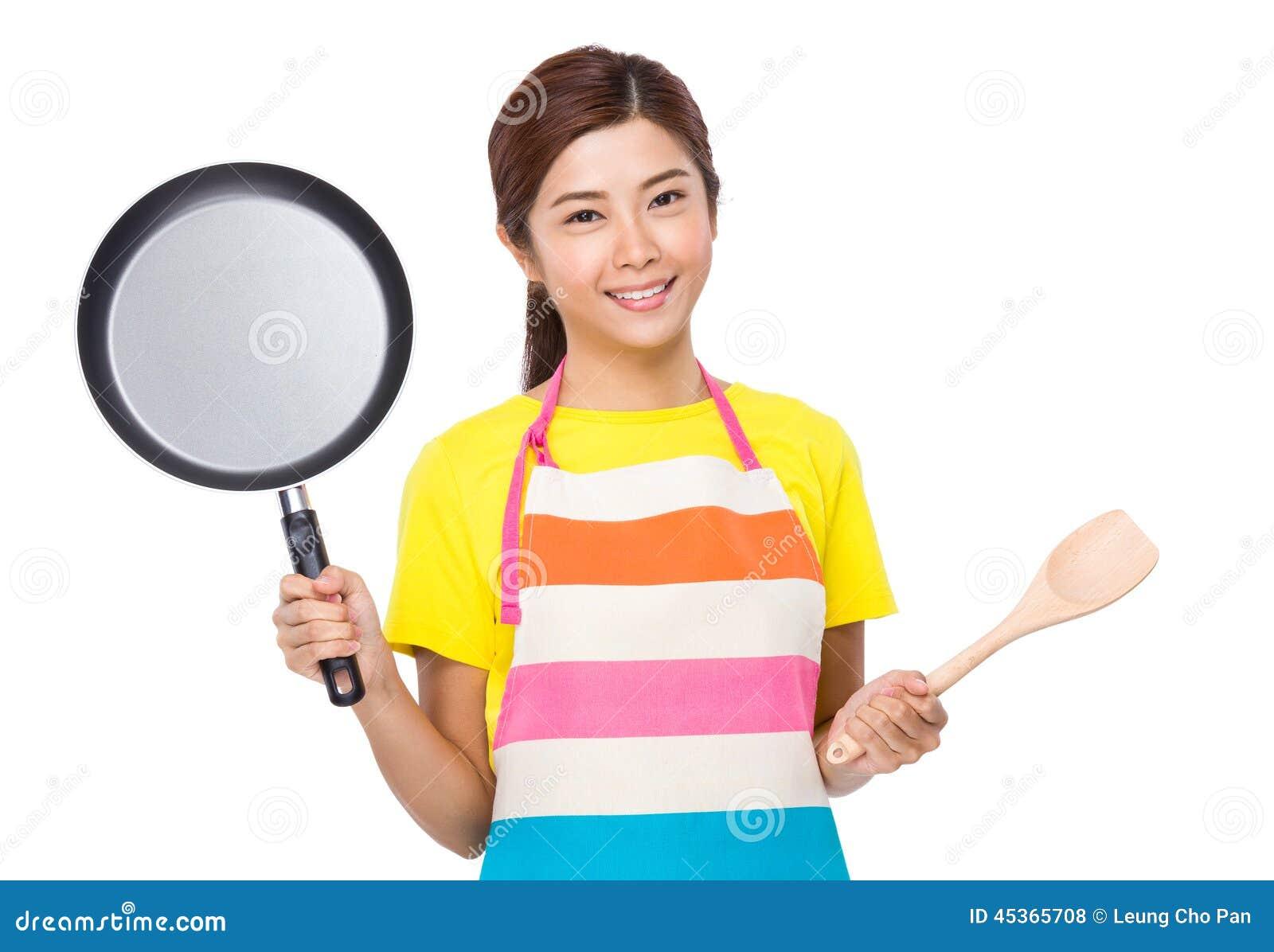 Femme au foyer asiatique avec faire cuire l outil