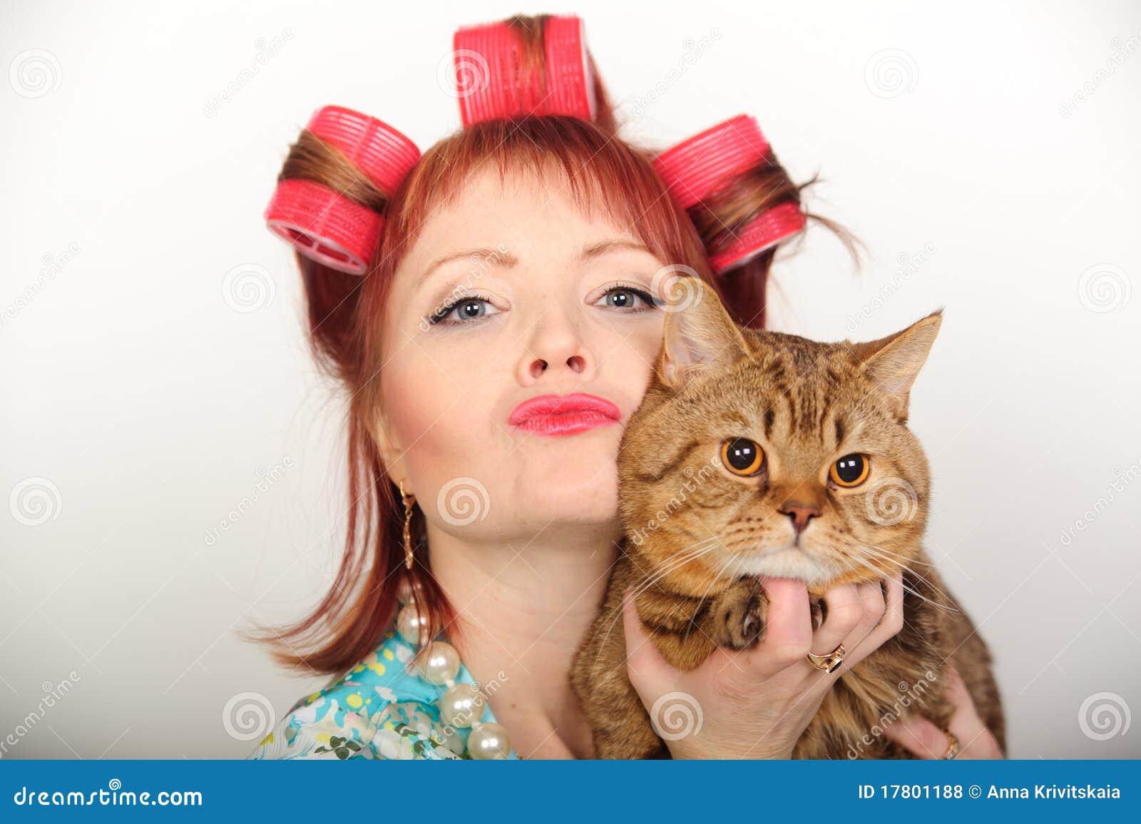 Femme au foyer avec un chat