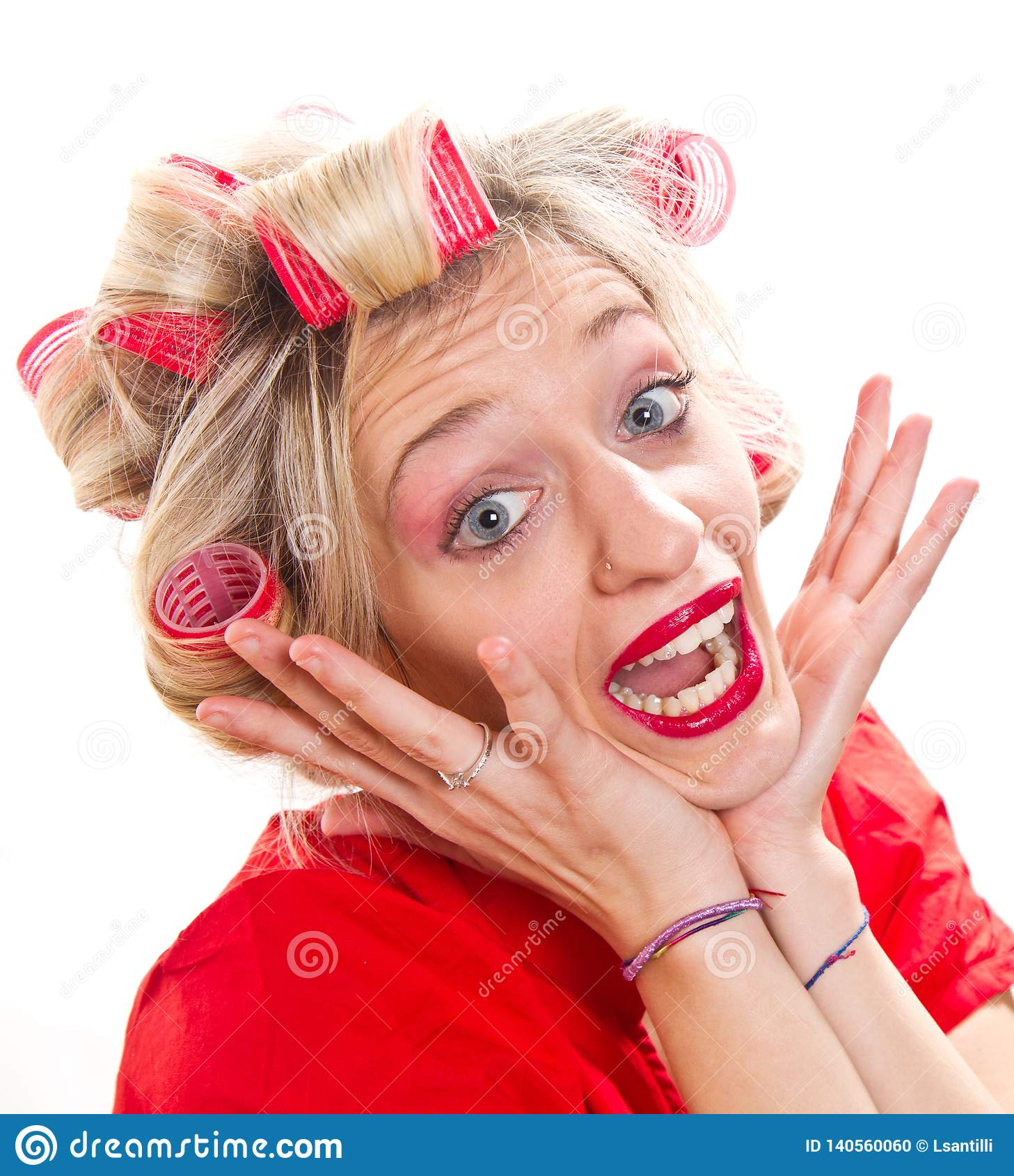 Femme au foyer désespérée avec des bigoudis de cheveux