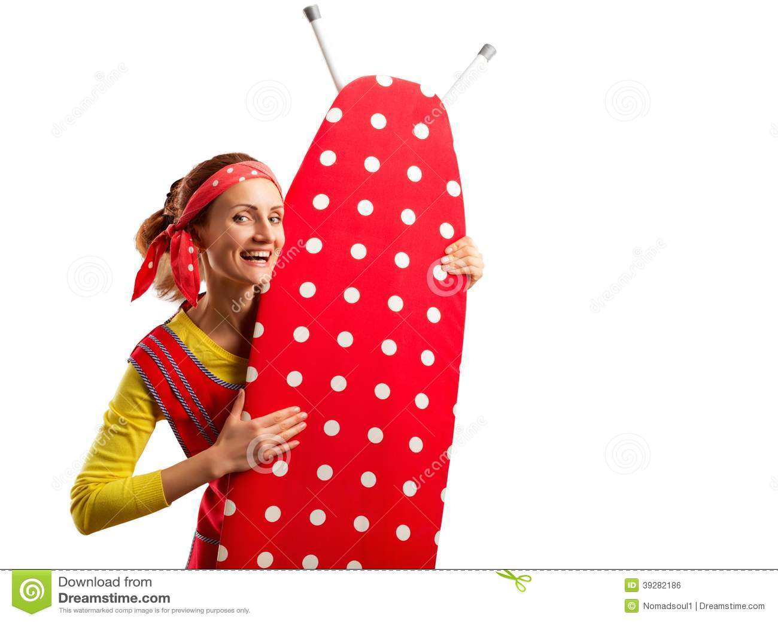 Femme au foyer de sourire avec la planche à repasser