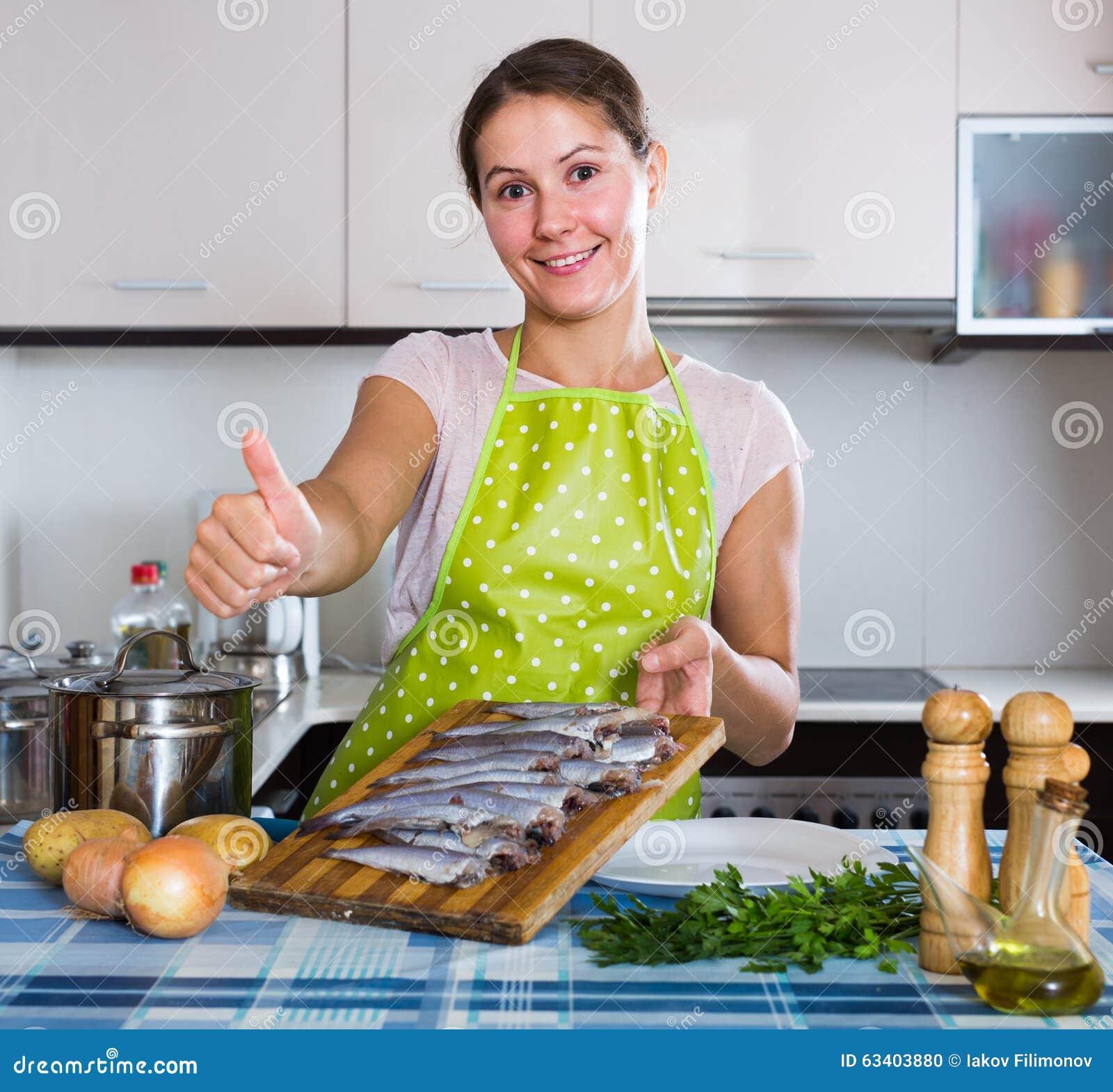 Femme au foyer essayant la nouvelle recette du sprattus for Femme au foyer 1900