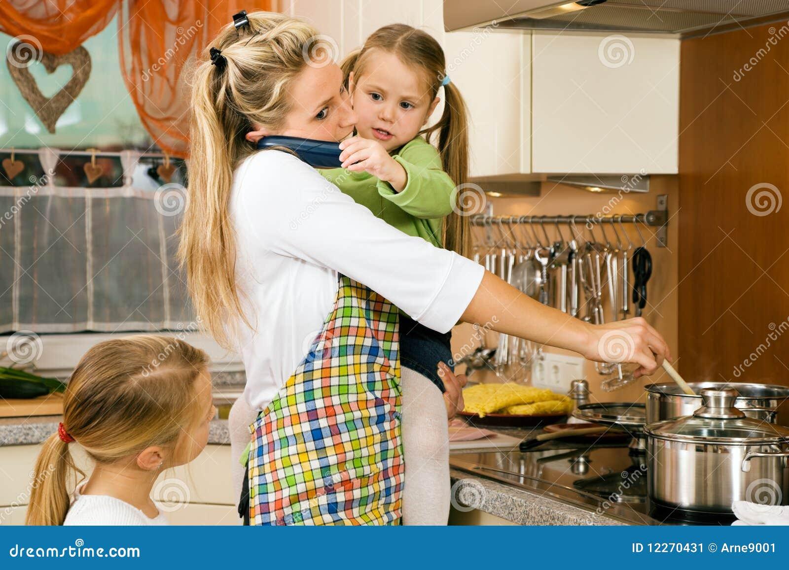 Femme au foyer et enfants ayant la tension image stock for Femme au foyer 1950