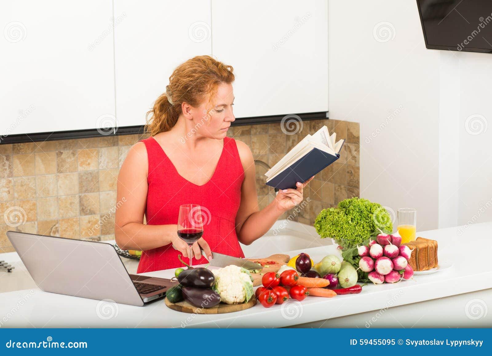 femme au foyer faisant cuire dans la cuisine image stock image du home d jeuner 59455095. Black Bedroom Furniture Sets. Home Design Ideas