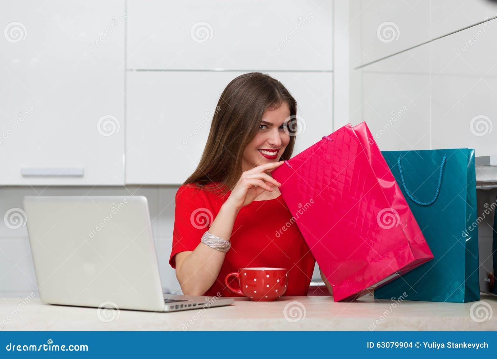 Download Femme Au Foyer Fascinante Faisant Des Emplettes En Ligne Photo stock - Image du carlingue, brun: 63079904