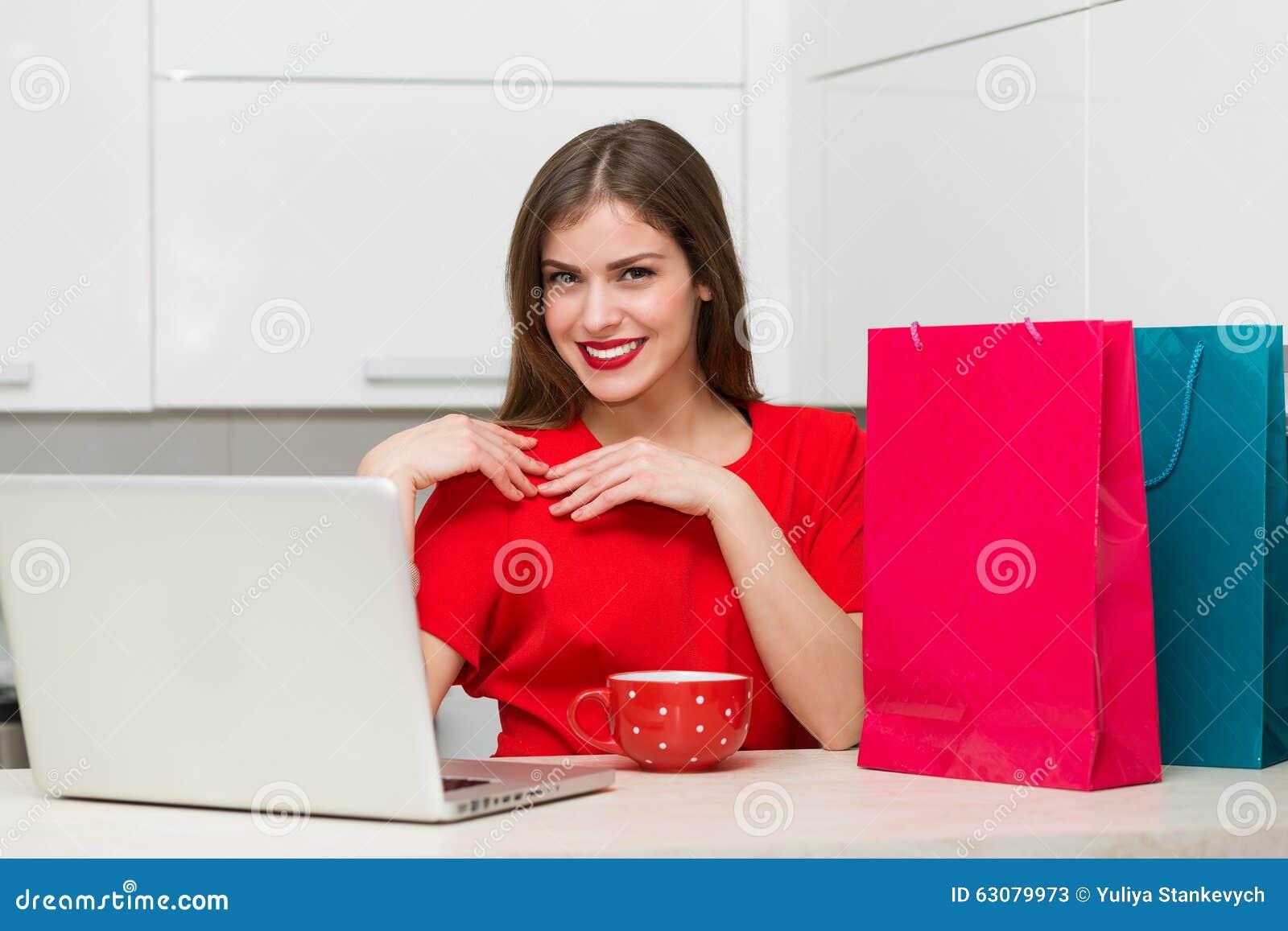 Download Femme Au Foyer Fascinante Faisant Des Emplettes En Ligne Image stock - Image du accessoires, carlingue: 63079973