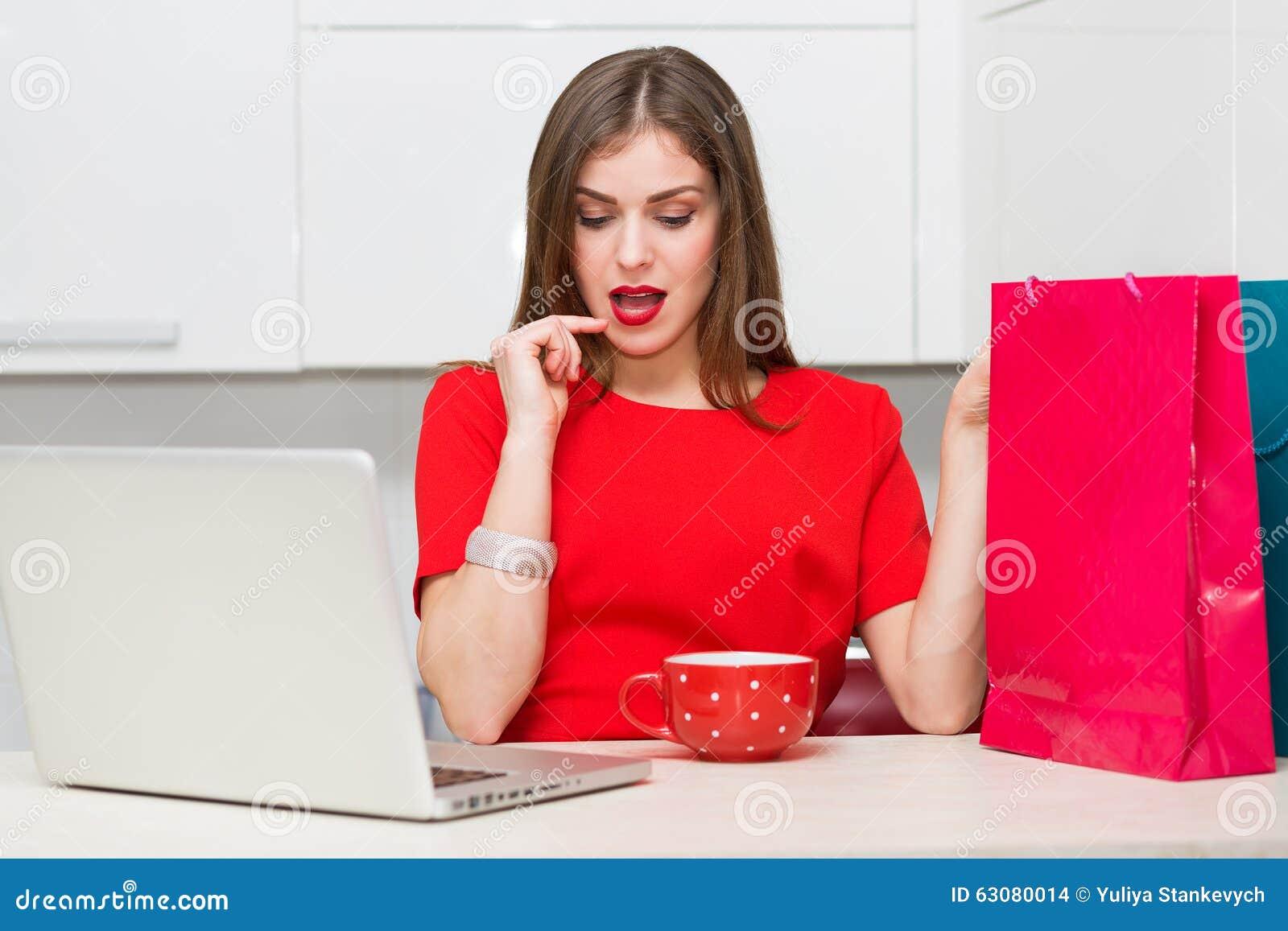 Download Femme Au Foyer Fascinante Faisant Des Emplettes En Ligne Photo stock - Image du internet, cuisine: 63080014