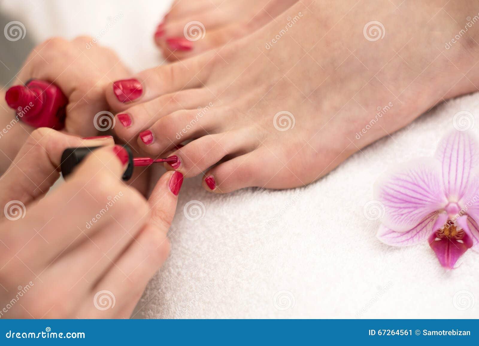 Femme au salon de cosm tiques appliquant le vernis for Salon pour les ongles