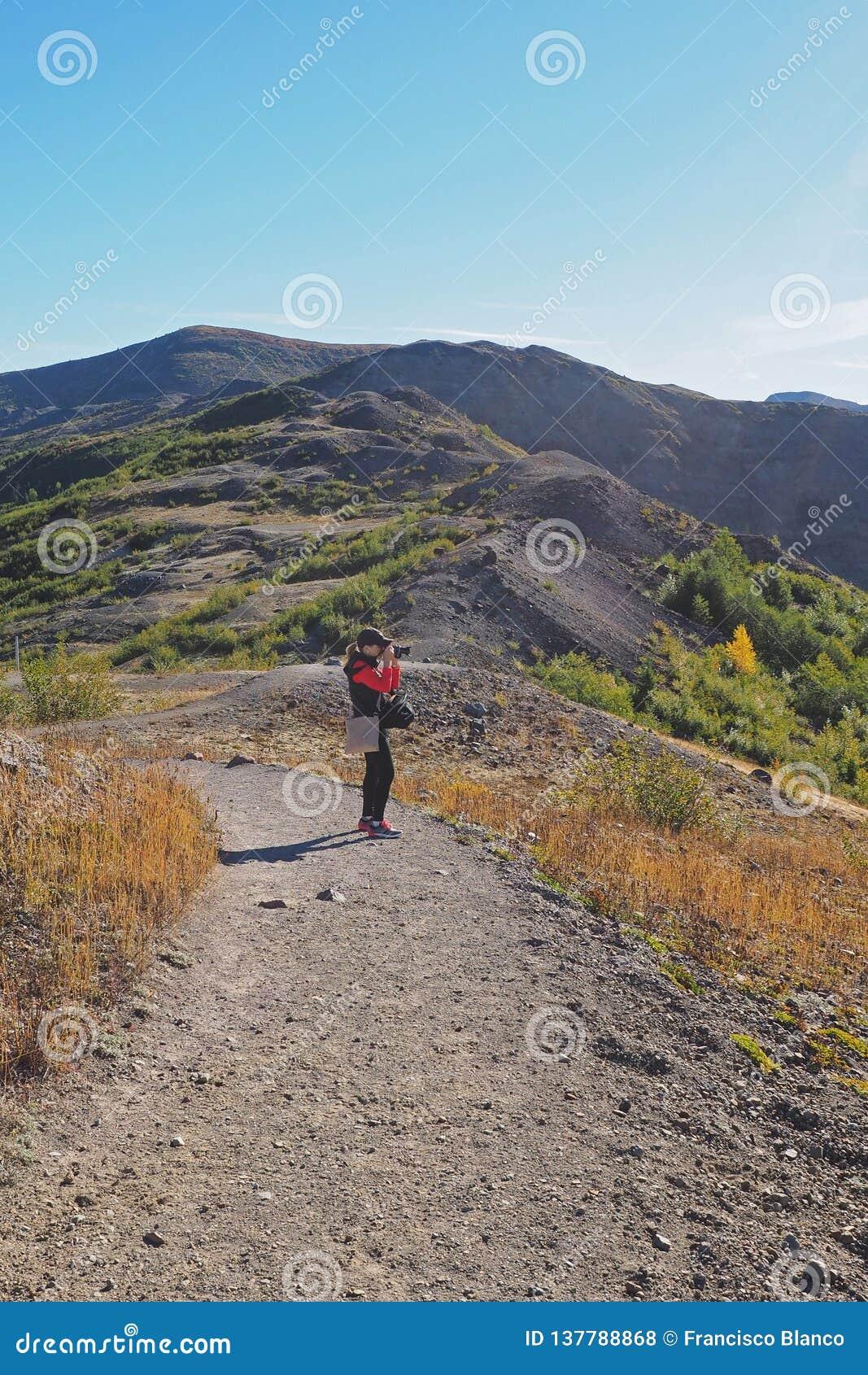 Femme augmentant la traînée de frontière au monument volcanique national du Mont Saint Helens