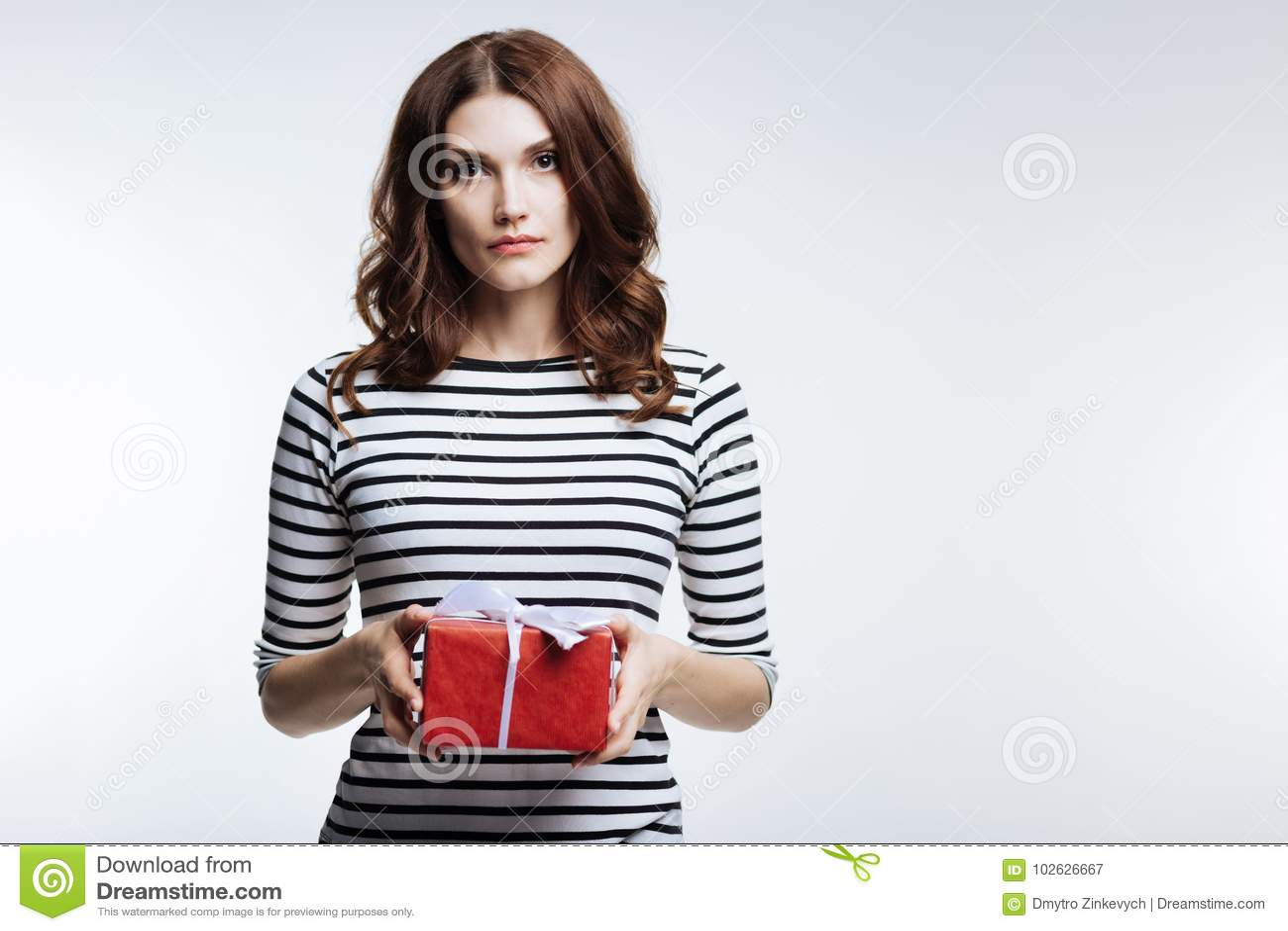 femme aux cheveux auburn magnifique tenant un boîte-cadeau image