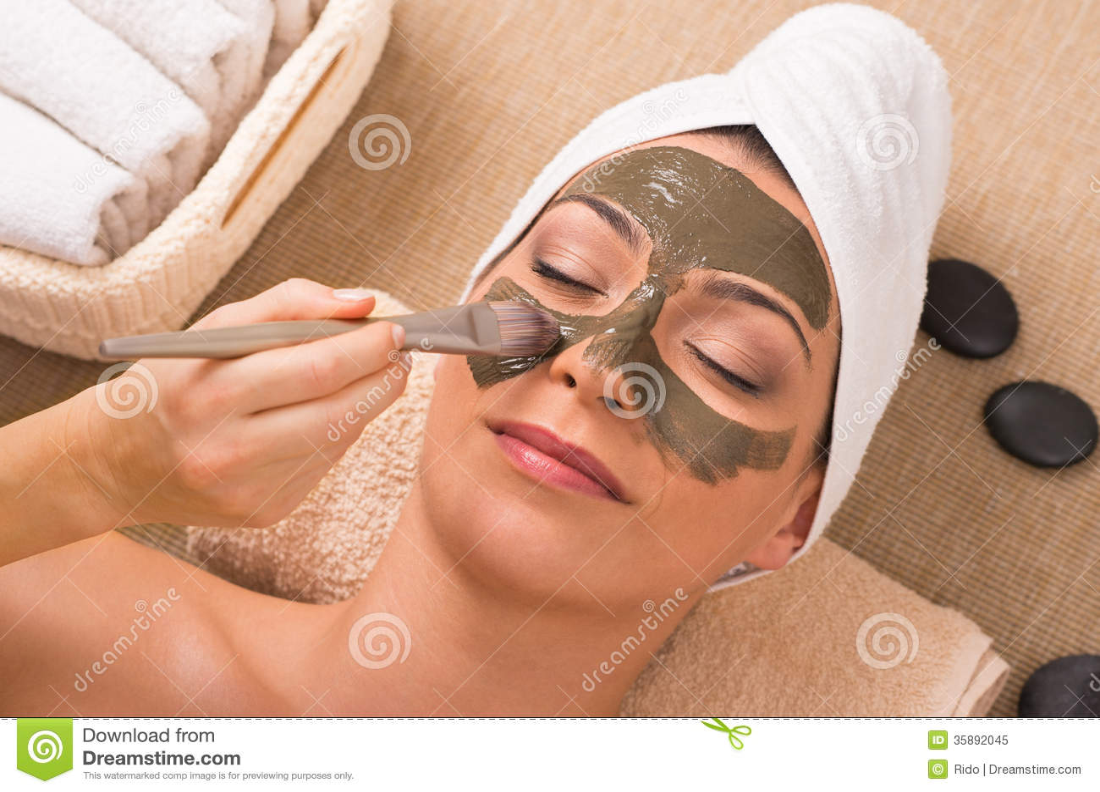 Femme avec Clay Mask At Spa vert