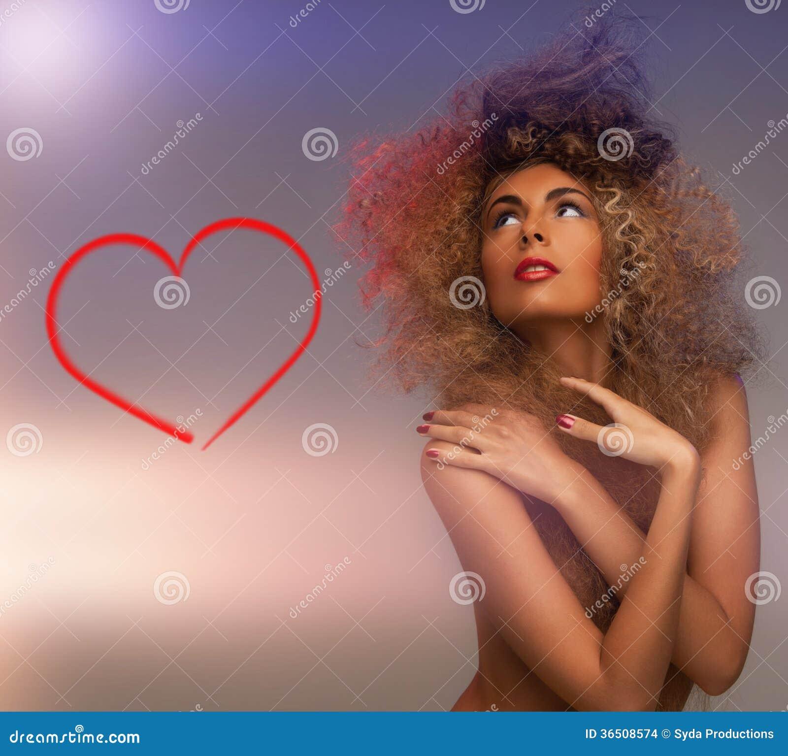 Femme avec de longs cheveux bouclés