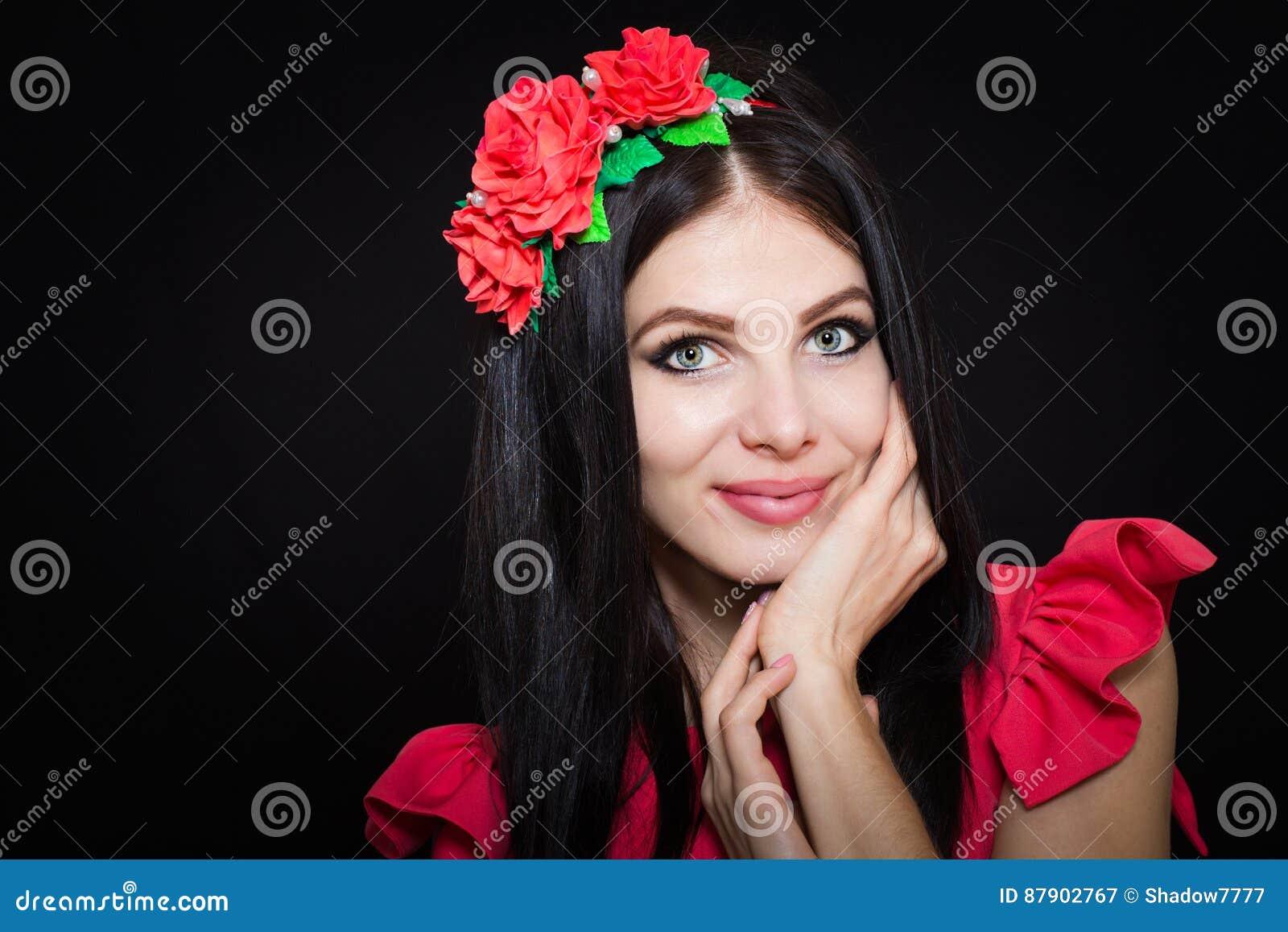 Femme Avec De Longs Cheveux Noirs Et Guirlande Avec Les Fleurs