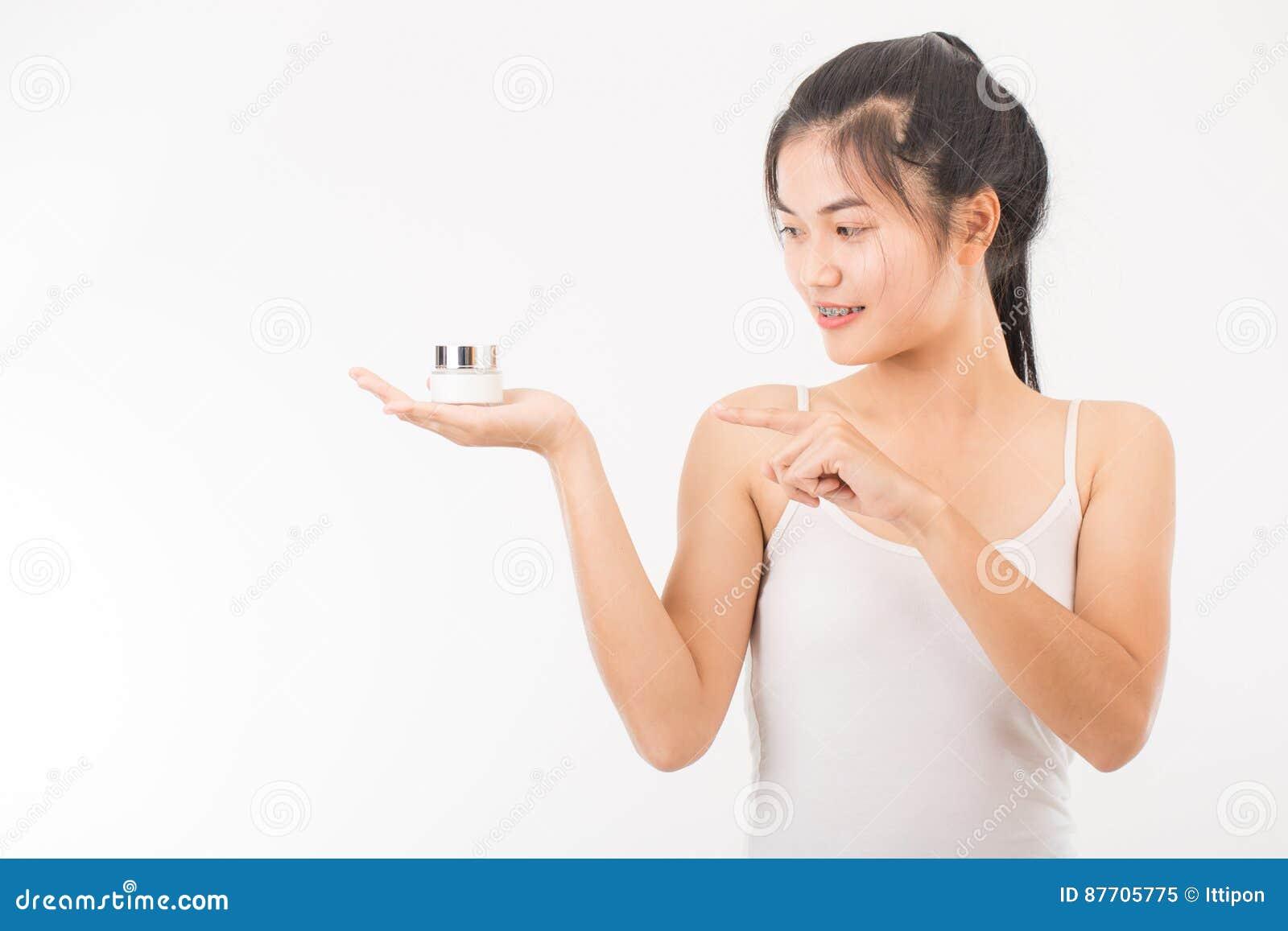 Femme avec des cosmétiques
