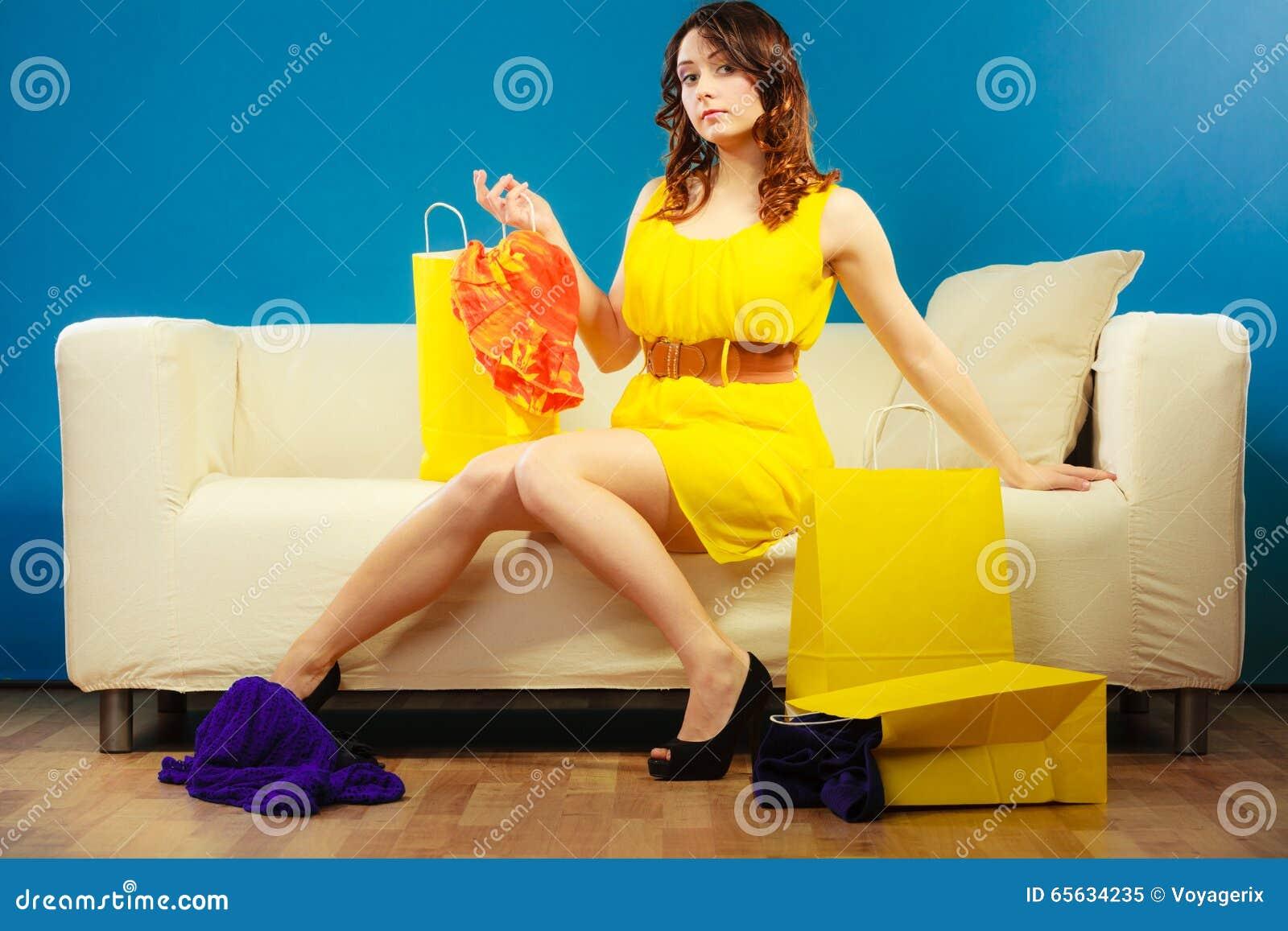 Femme avec des paniers sur le divan