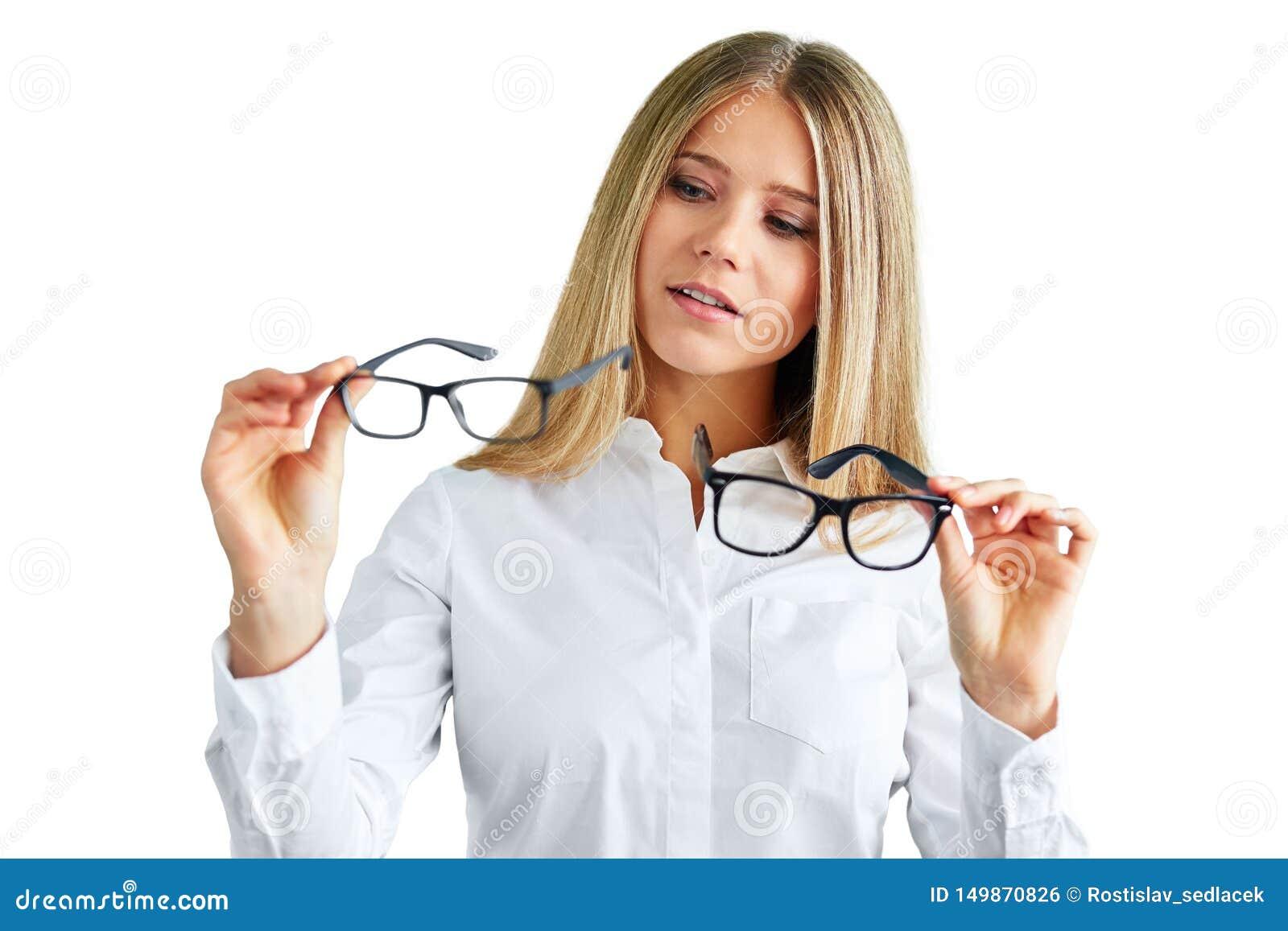 Femme avec des verres d isolement sur le blanc