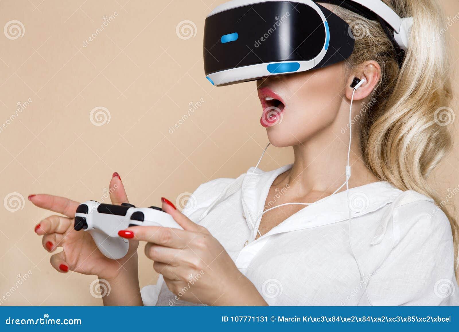 Femme avec des verres de VR de réalité virtuelle Jeune fille dans le casque augmenté virtuel de réalité Casque de VR