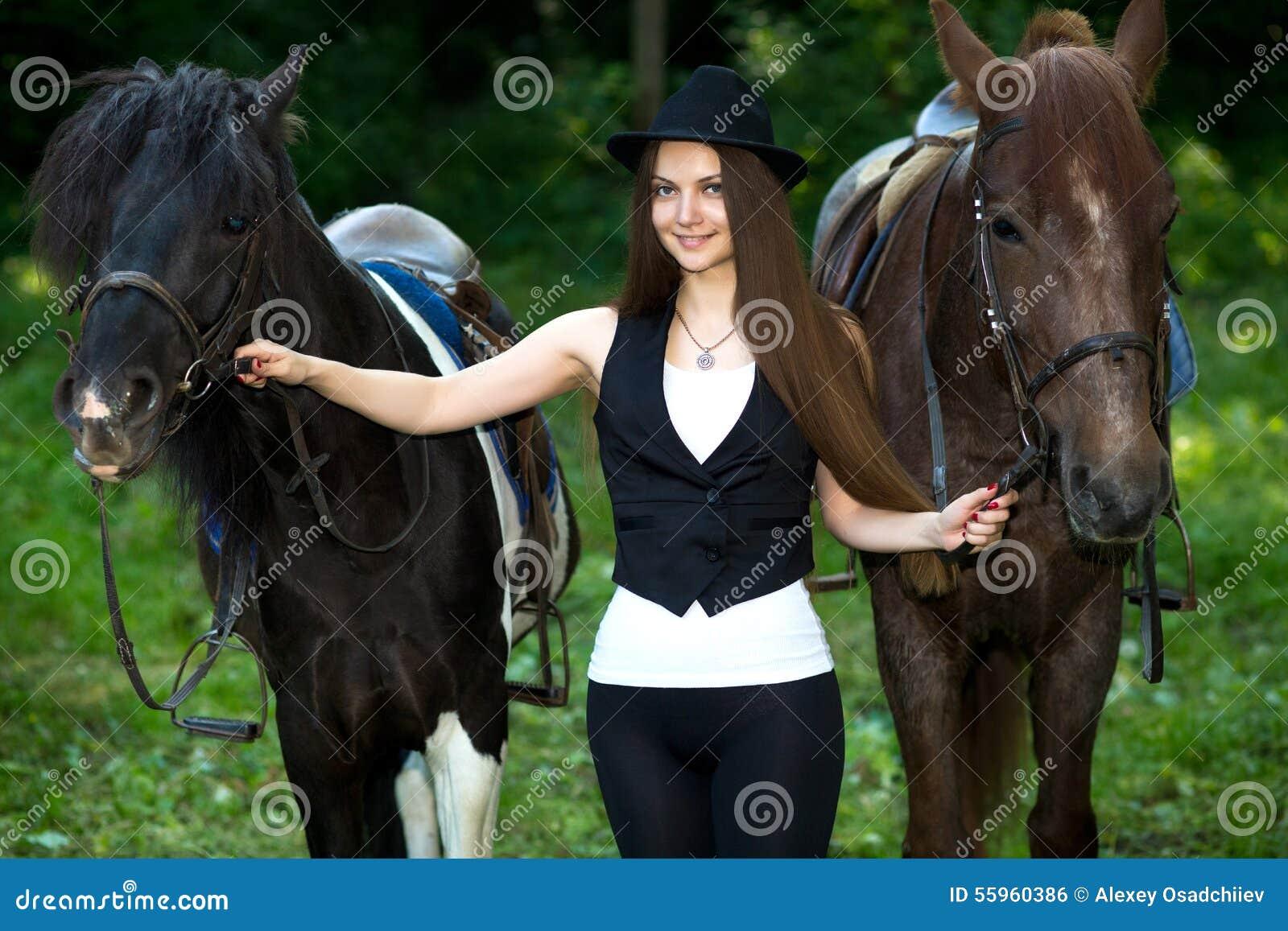 femme avec deux chevaux photo stock image du gras gu tres 55960386. Black Bedroom Furniture Sets. Home Design Ideas