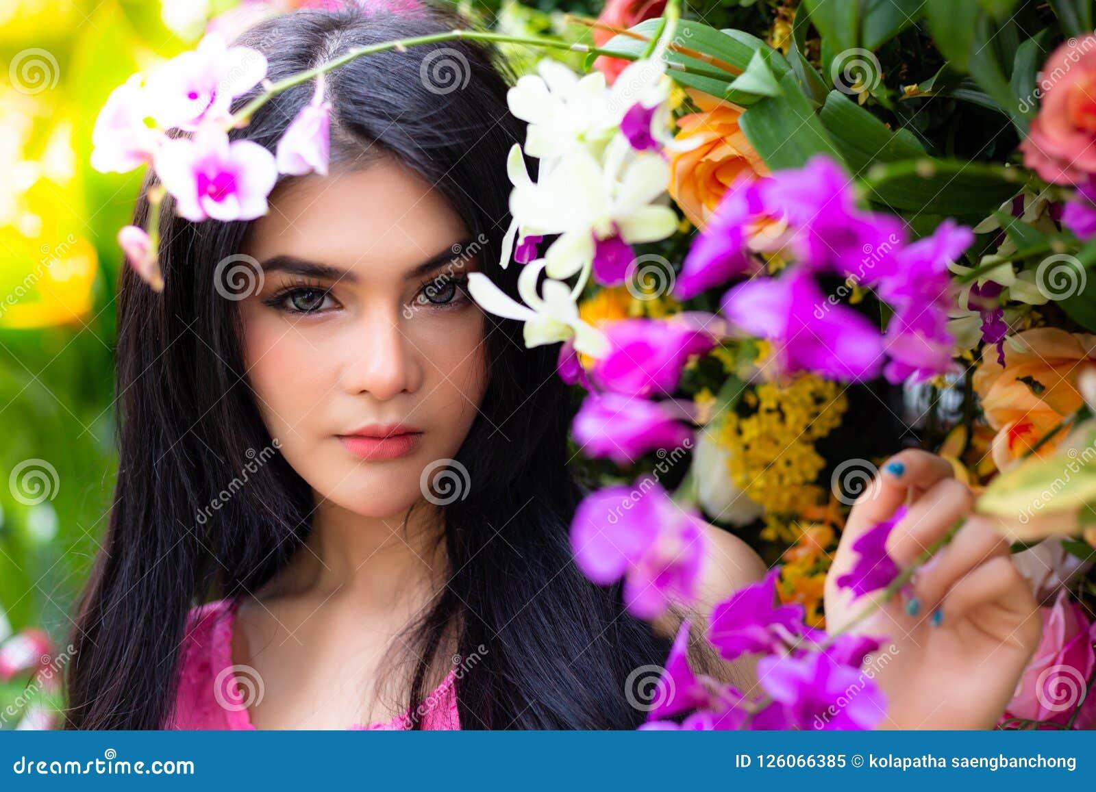 Femme avec du charme de portrait belle La belle fille attirante a