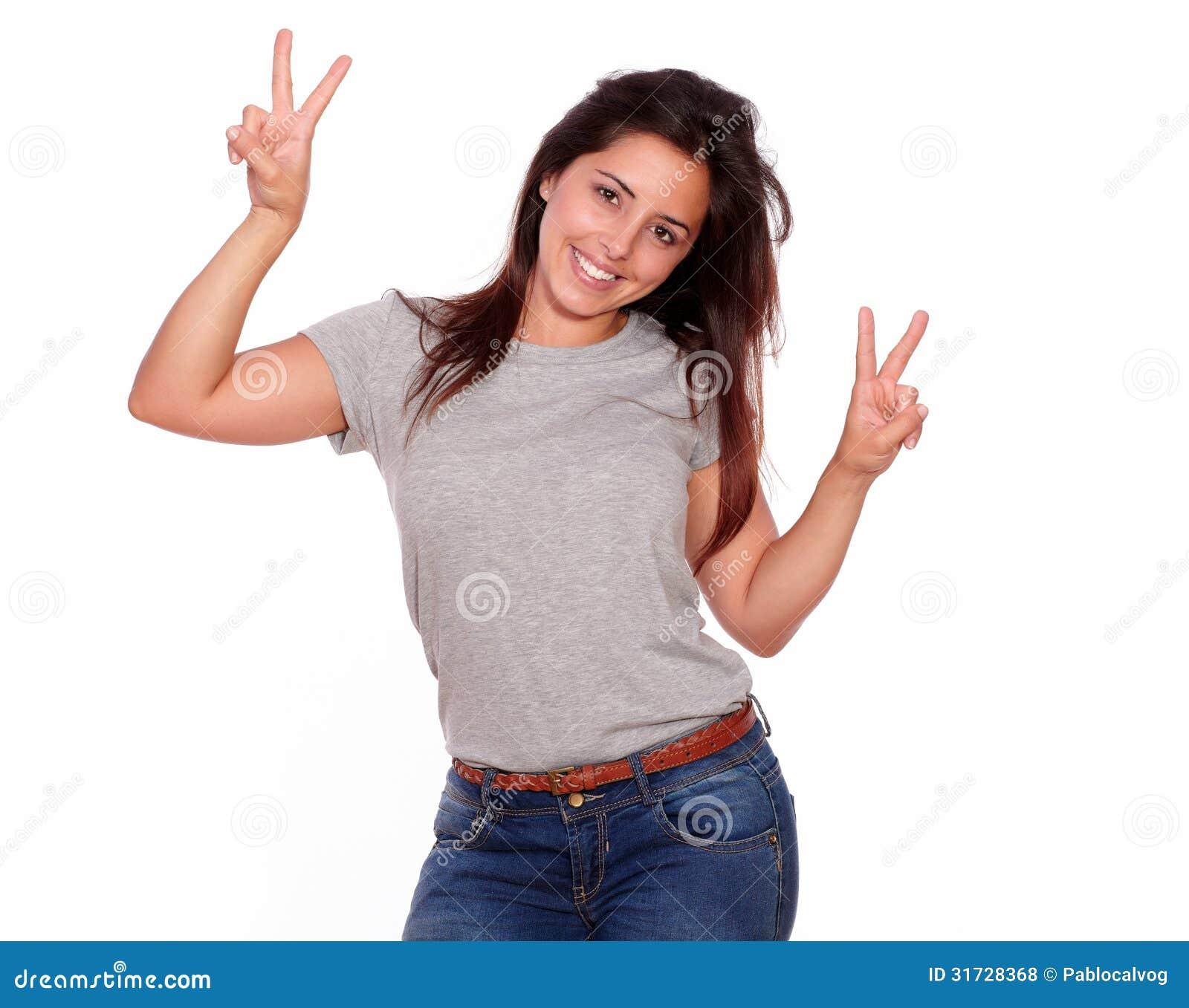 femme avec du charme montrant le signe de victoire avec des doigts photo stock image du. Black Bedroom Furniture Sets. Home Design Ideas