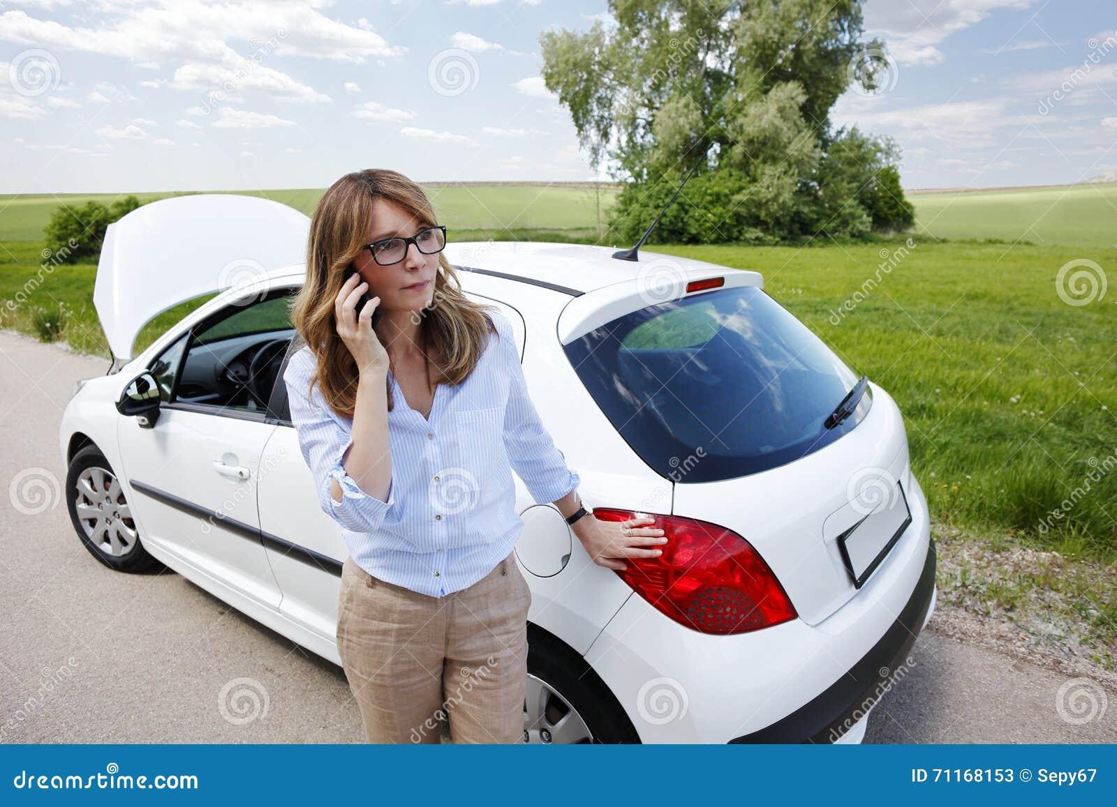 Femme avec elle véhicule décomposé